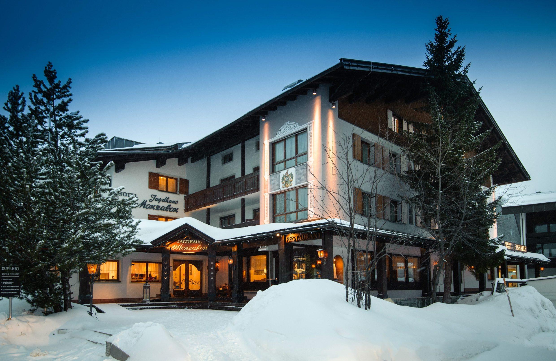 Lech, Austrija, 120220 Ski Patrola- skijaliste Lech u pokrajini Arlberg. Na fotografiji: hotel Monzabon nalazi se uz samu zicaru Foto: Tom Dubravec / CROPIX