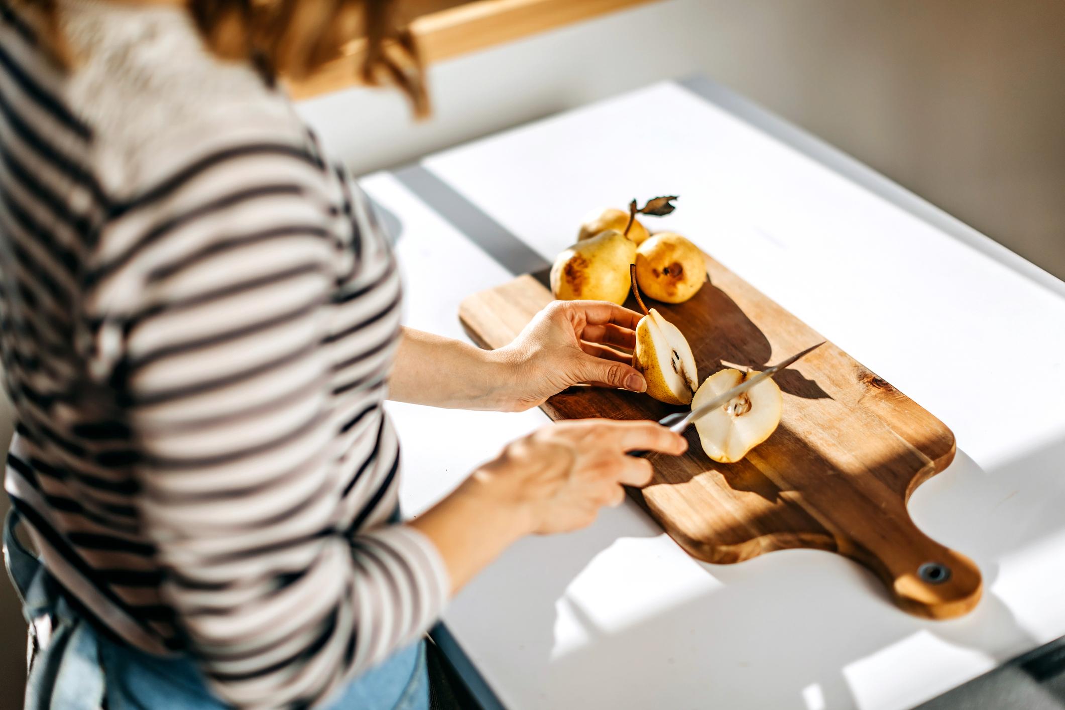 Ako je kruška mekana na dodir kad je pritisnete prstom uz peteljku, znači da je dosegla pravi stupanj zrelosti za konzumiranje.