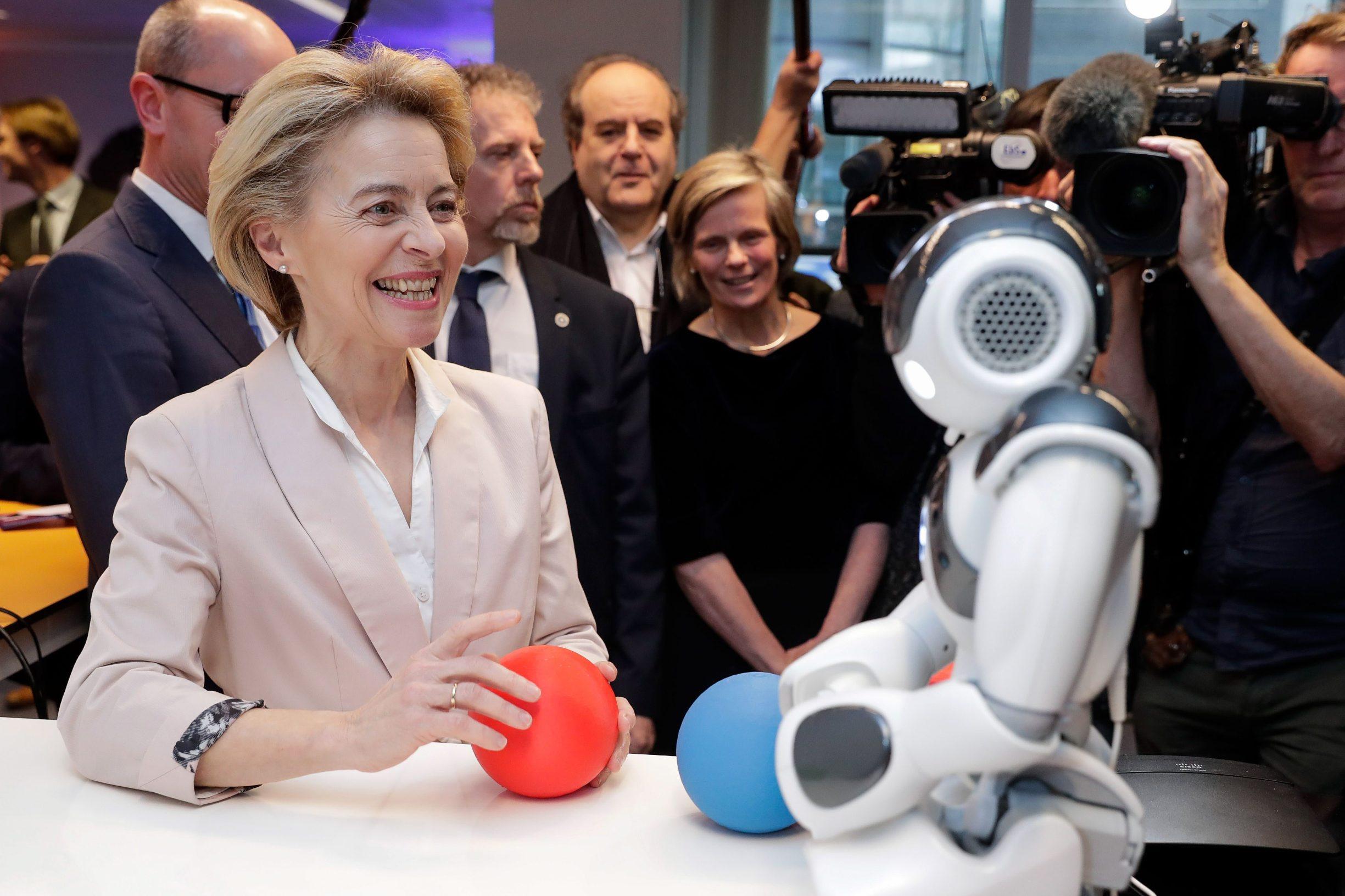 Predsjednica Europske komisije Ursula von der Leyen prilikom današnjeg posjeta sveučilištu Vrije Universiteit Brussel gdje su joj stručnjaci i studenti predstavili najuspješnije projekte na području umjetne inteligencije