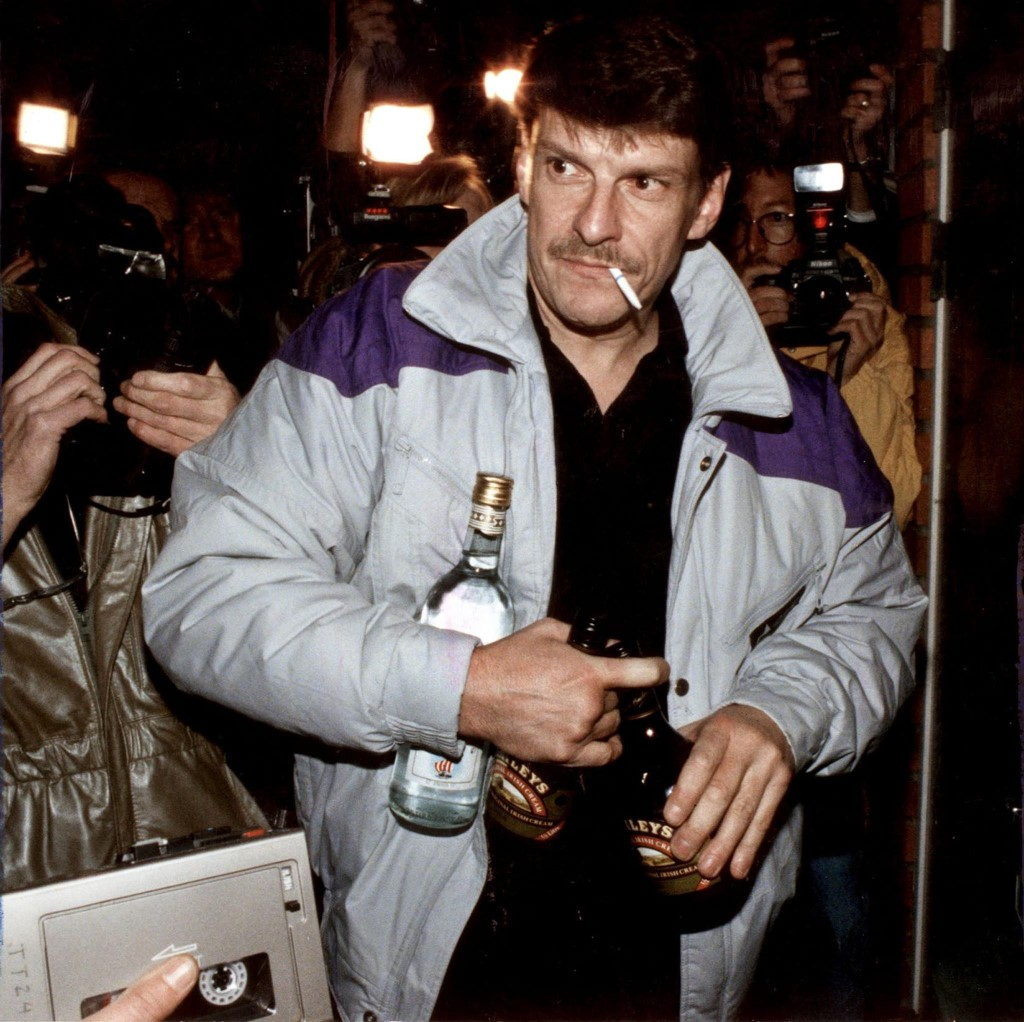 (FILES) picture dated 12 October 1998 of Christer Pettersson, arriving at his flat in the Stockholm suburb of Sollentuna after being acquitted on appeal for the 1986 murder of Swedish Prime Minister Olof Palme. Pettersson carries bottles of liquor to celebrate the acquittal. Pettersson died 29 September 2004, after being in coma since September 16. AFP PHOTO / PRESSENS BILD / ANDERS HOLMSTROM (Photo by ANDERS HOLMSTROM / SCANPIX SWEDEN / AFP)