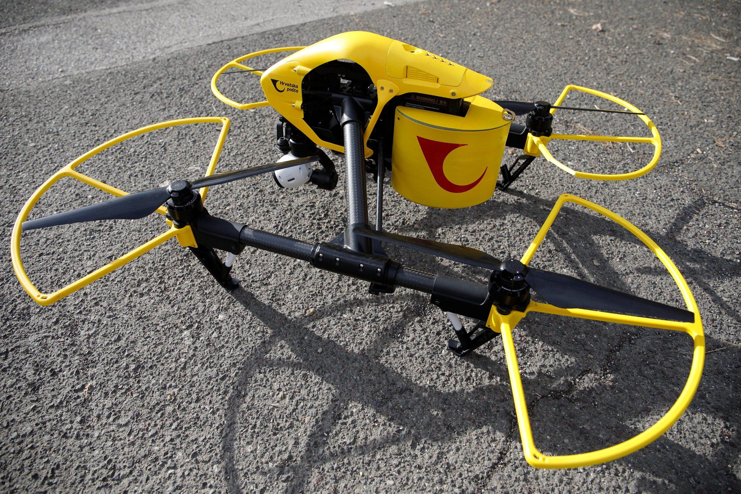 Zagreb, 210120. Tvrtka AIR-RMLD dostavila je postu dronom iz Zadra na otok Ugljan. Na fotografiji: dron s logom Hrvatska posta. Foto: Dragan Matic / CROPIX