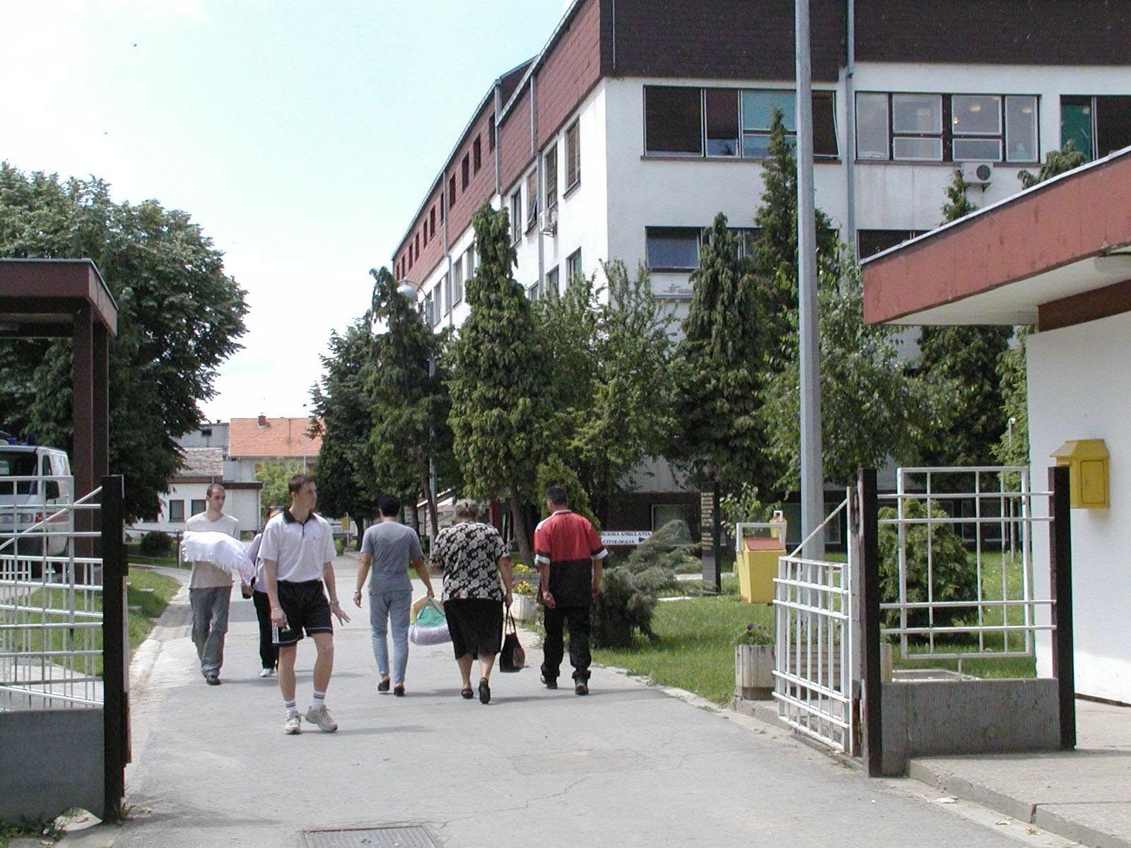 vukovar,020601 ulaz u vu bolnica snimio damir glibnusic -pok-