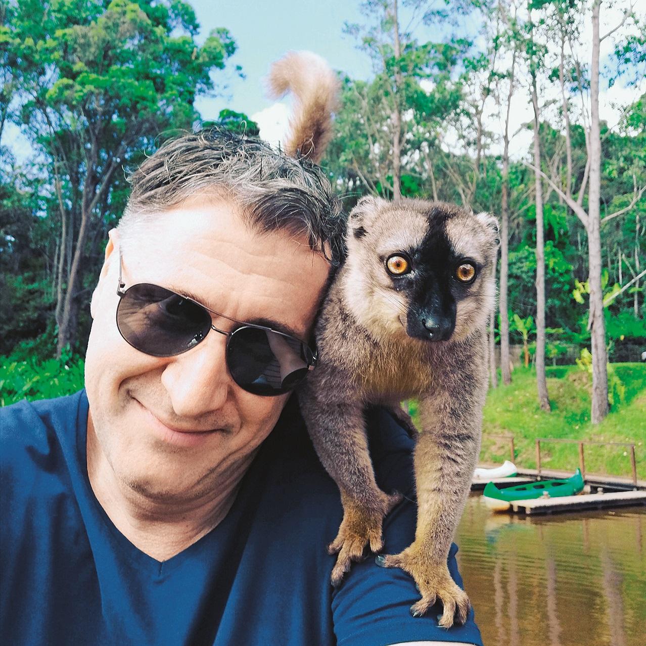 Lemuri se ne boje ljudi i čim se zaustavite, skočit će na vas i tražiti hranu