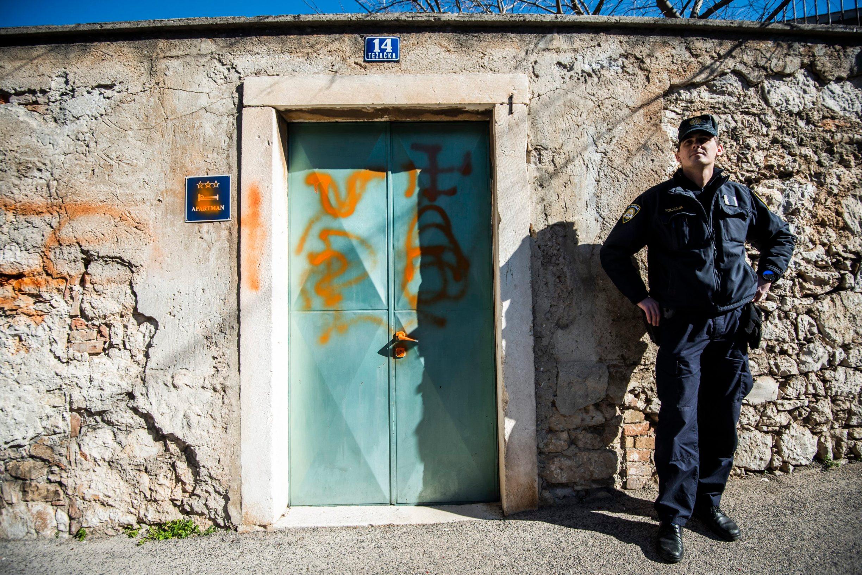 Sibenik, 220220. Vandali isarali vrata obiteljske kuce saborskog zastupnika Hrvoja Zekanovica. Foto: Nikolina Vukovic Stipanicev / CROPIX