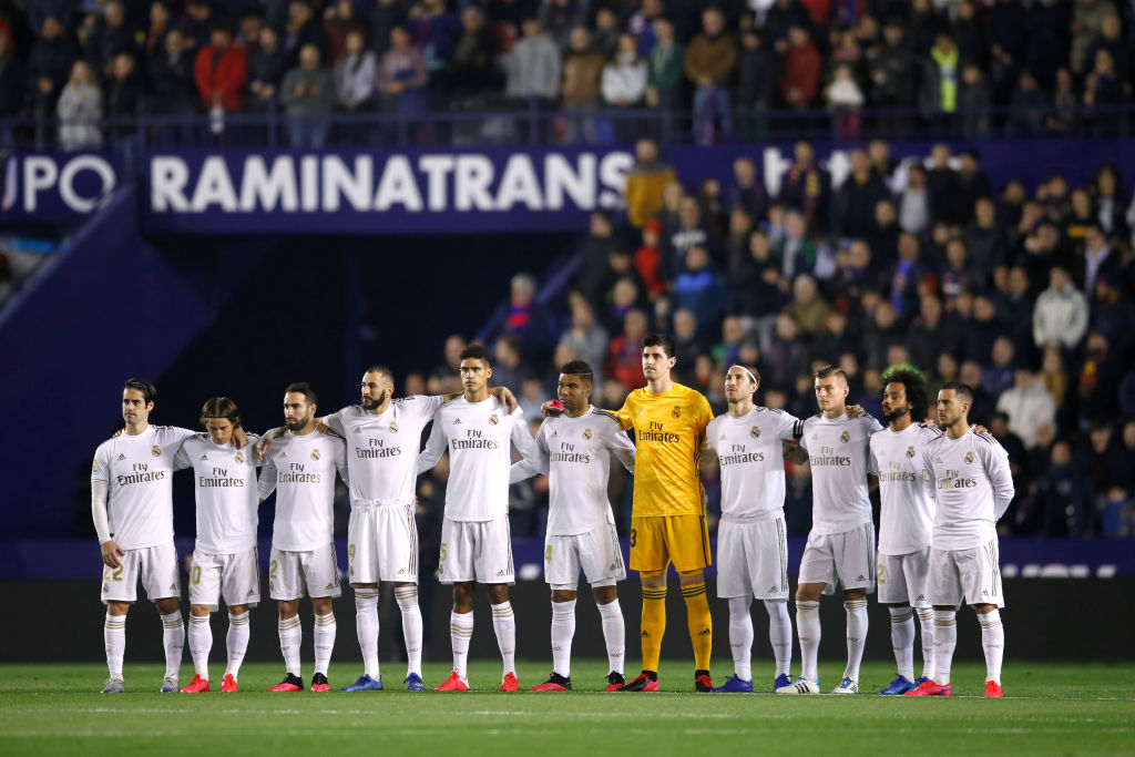 VALENCIA, SPAIN - FEBRUARY 22: The Real Madrid team take part in a minute of silence prior to the La Liga match between Levante UD and Real Madrid CF at Ciutat de Valencia on February 22, 2020 in Valencia, Spain. (Photo by Eric Alonso/Getty Images)
