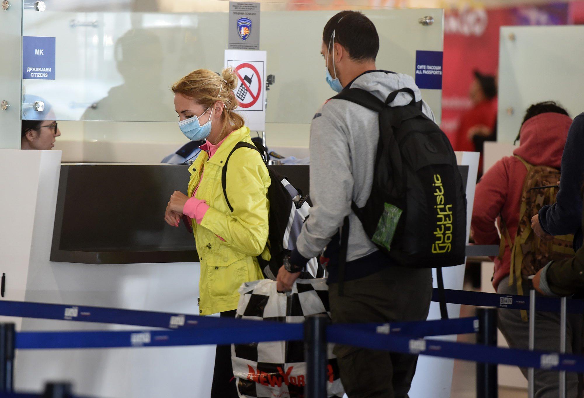 Ilustracija, putnici nose maske kao preventivnu mjeru protiv koronavirusa
