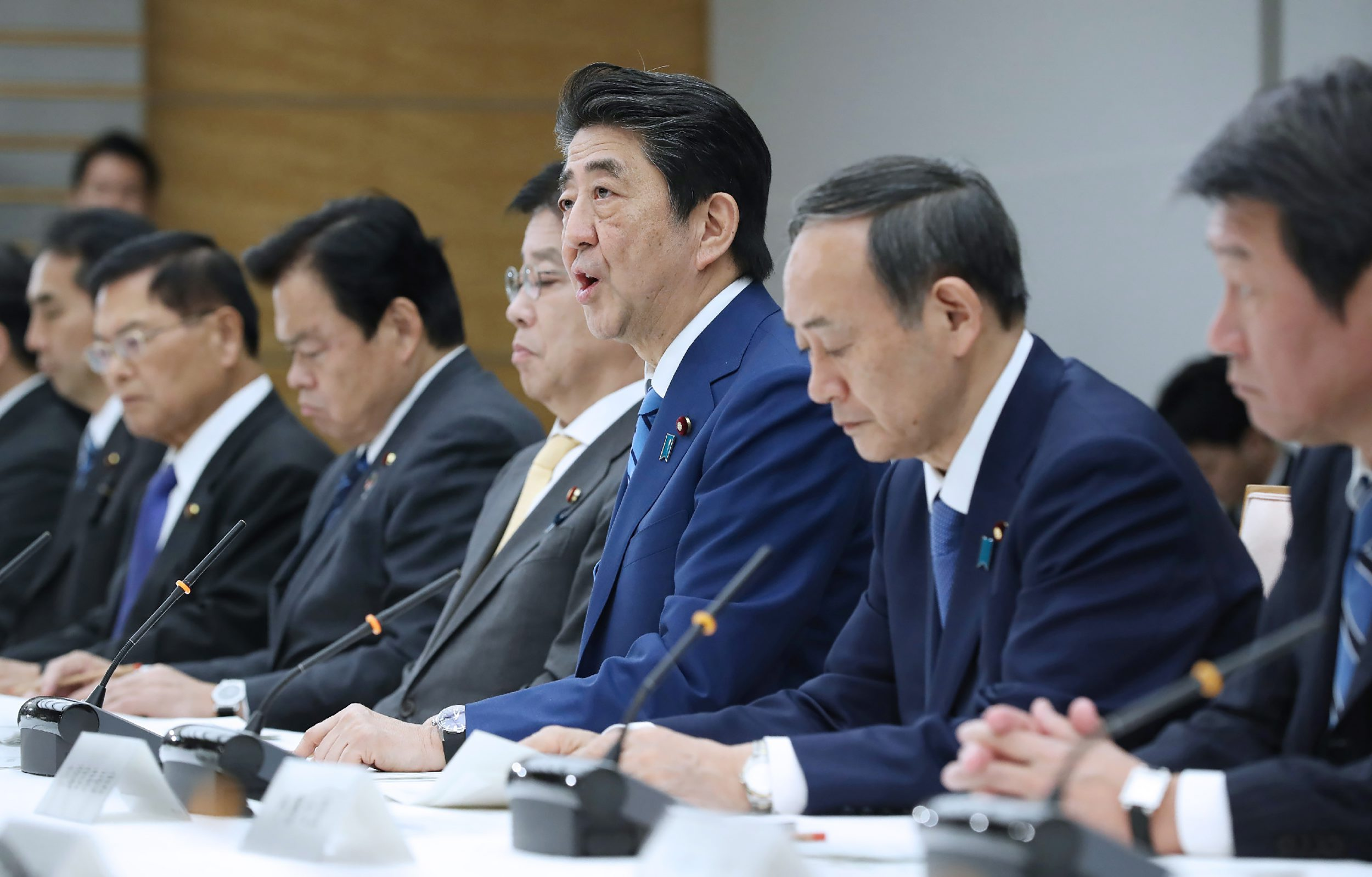 Japan's Prime Minister Shinzo Abe (C) speaks during a meeting at the new COVID-19 coronavirus infectious disease control headquarters at the prime minister's office in Tokyo on February 27, 2020. - Abe called on February 27 on public schools to close nationwide from March 2 to prevent the spread of the new coronavirus. (Photo by STR / JIJI PRESS / AFP) / Japan OUT