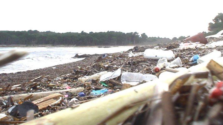 Dugi Otok, 071210. Smece koje je jugo donijelo na plazu Saharun na Dugom Otoku. Foto: Vedran Petesic