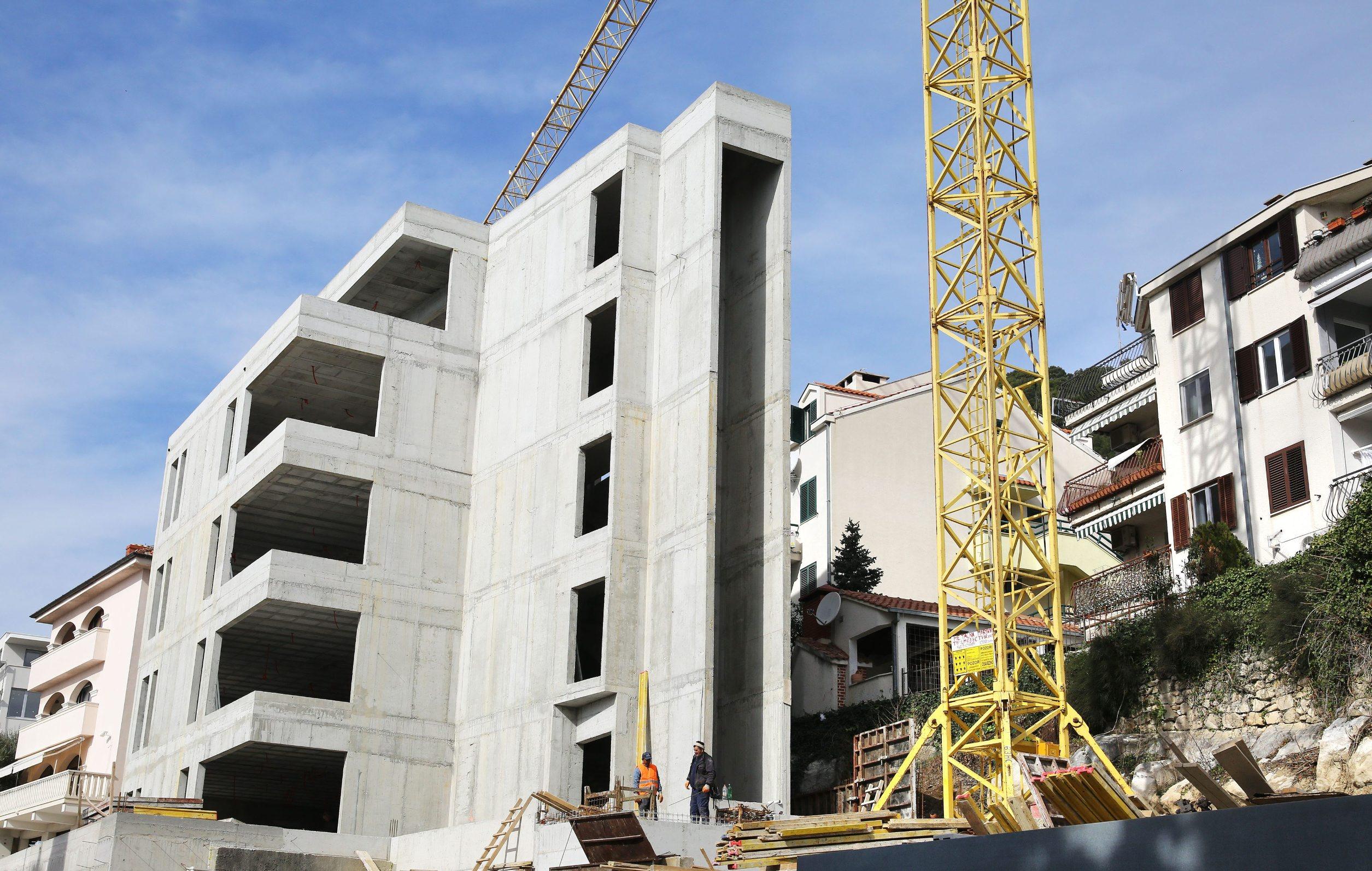 Split, 240220. Velika betonska zgrada na Mejama u Mihanovicevoj ulici zagradila je okolne stanare. Zgrada je neproporcionalna visinom u odnosu na ostale kuce i objekte oko nje. Vlasnik parcele je poduzetnik Baldasar Vukasovic. Foto: Duje Klaric / CROPIX