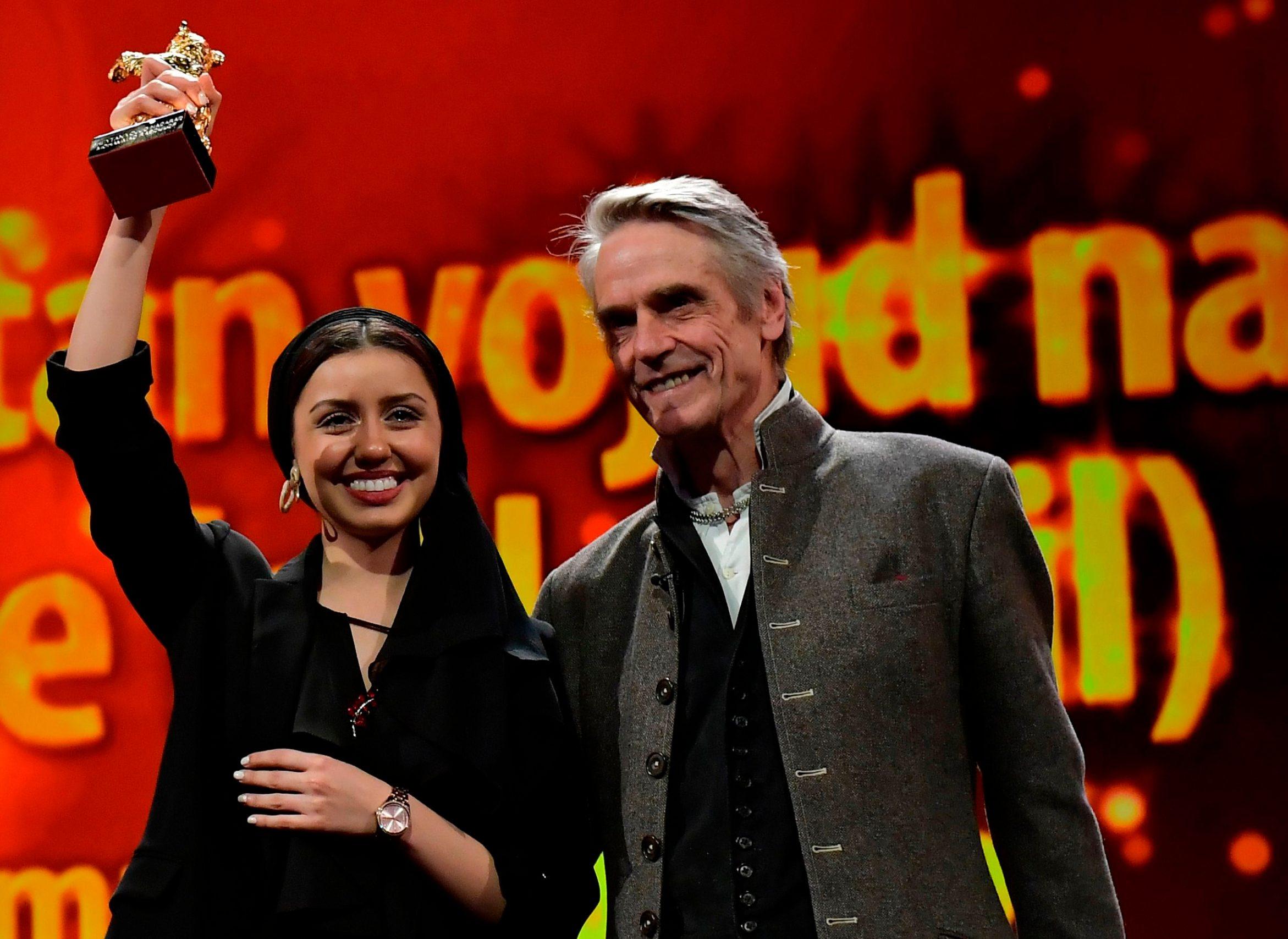 Britanski glumac Jeremy Irons kipić Zlatnog medvjeda uručio je kćerki redatelja Rassulofa
