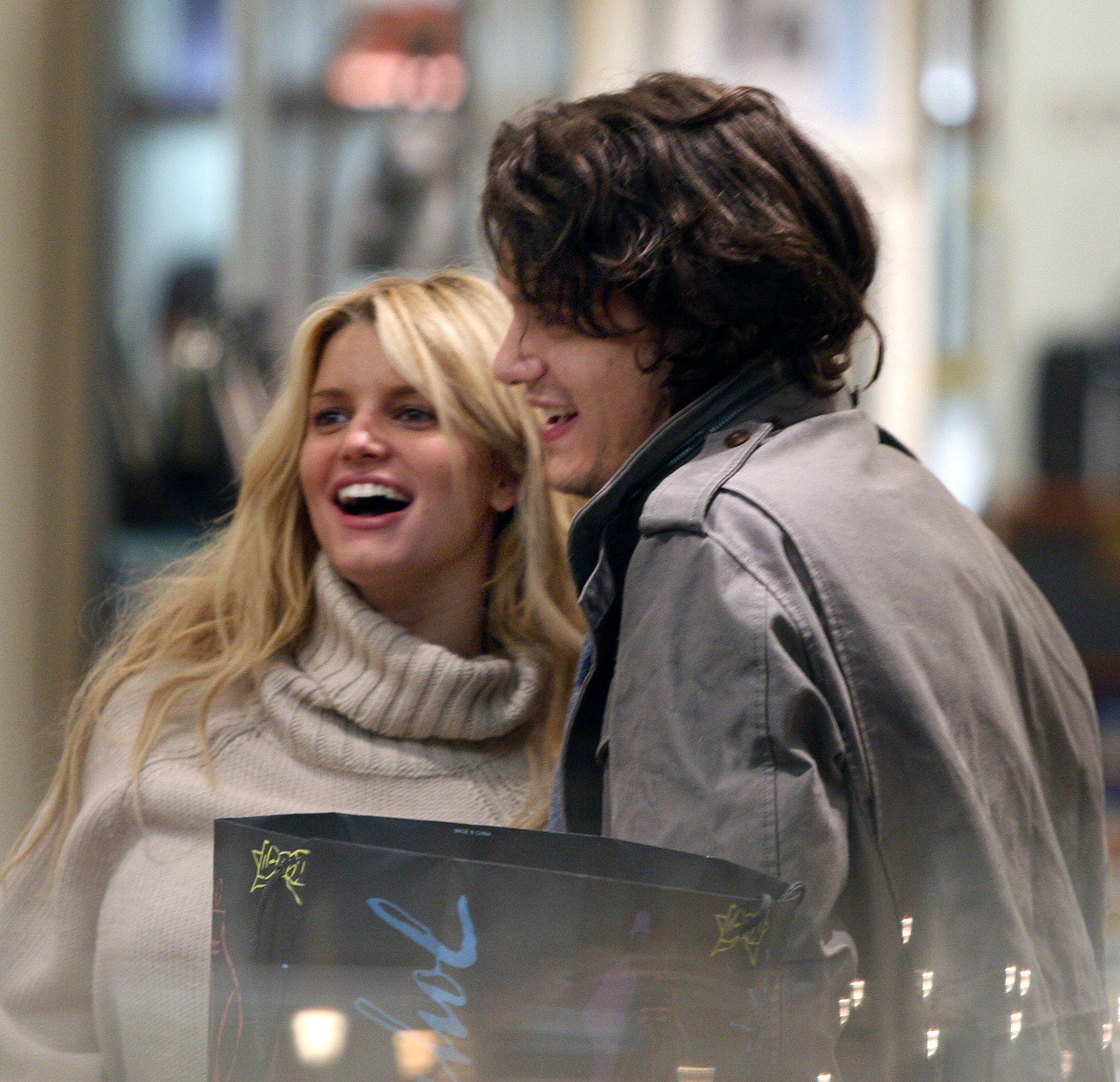 NYC  12/30/06.EXCLUSIVE: Jessica Simpson and John Mayer shopping and high-fiving together at the jewelry counter in Barneys on Madison Avenue.Digital, Image: 20230527, License: Rights-managed, Restrictions: , Model Release: no, Credit line: PHOTOlink / Newscom / Profimedia