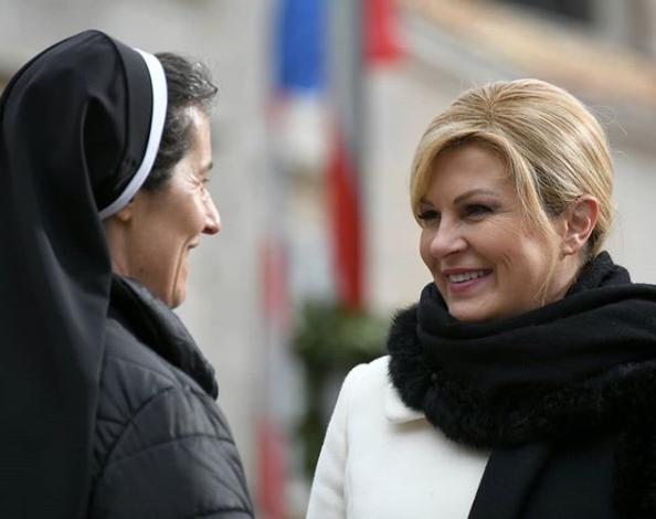 Dan nakon otvorenja EPK, Grabar-Kitarović bila je u Dubrovniku, gdje se fotografirala u društvu časne sestre