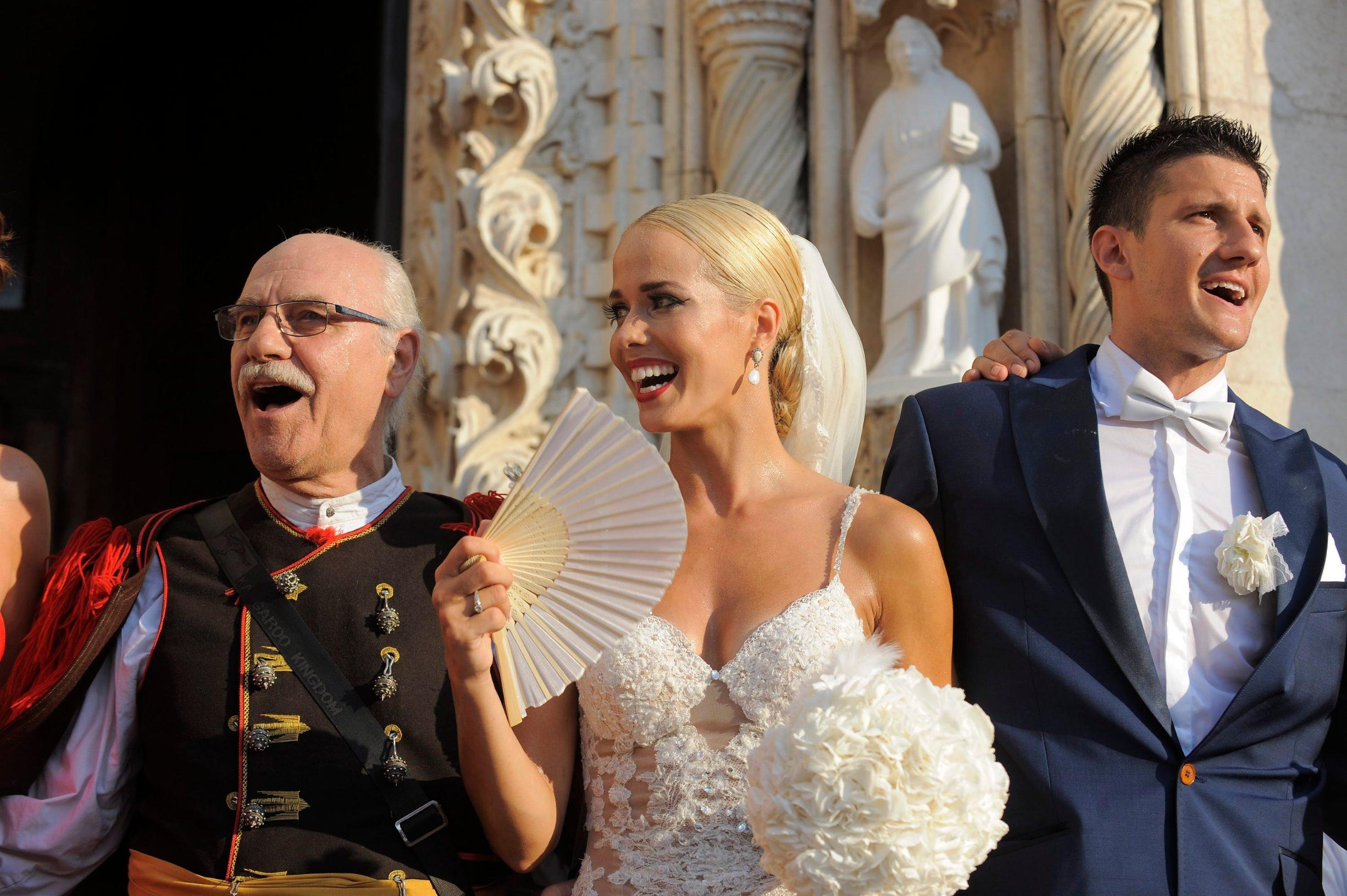 Košarkaški par Antonija Mišura i Marko Sandrić nakon deset godina veze vjenčali su se u rodnom Šibeniku.