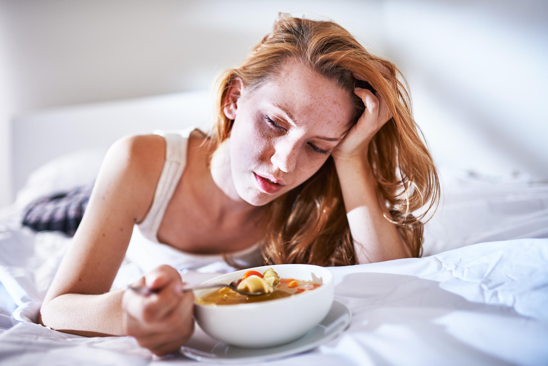 Pileća juhica je uvijek dobra ideja, a namirnice koje imaju grubu teksturu ili su same po sebi tvrde mogu biti teške za gutanje te dodatno nadražiti bolno grlo. Zato ih izbjegavajte.