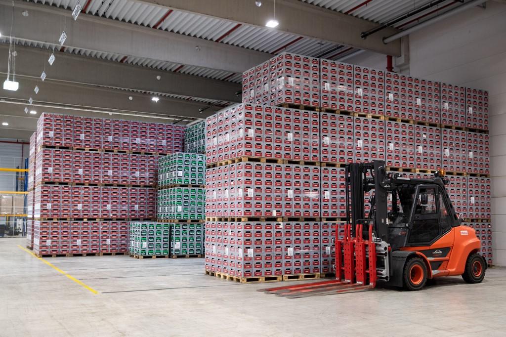 Ilustracija: kutije Carlsberg i Astra piva u skladištu