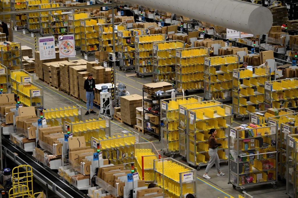 Radnici u Amazonovom skladištu