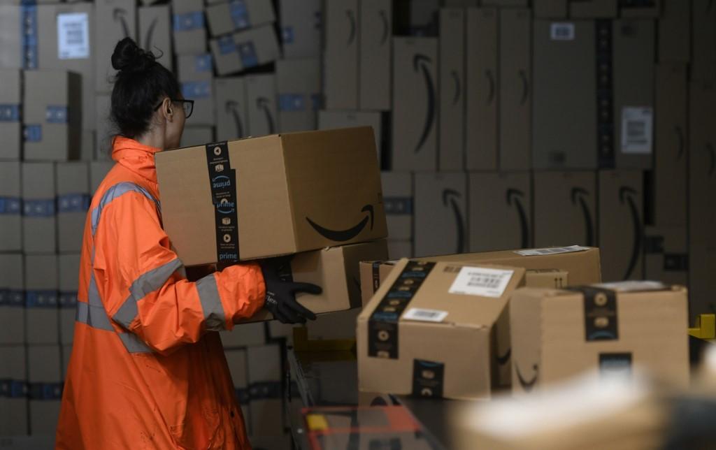Radnica u Amazonovom skladištu