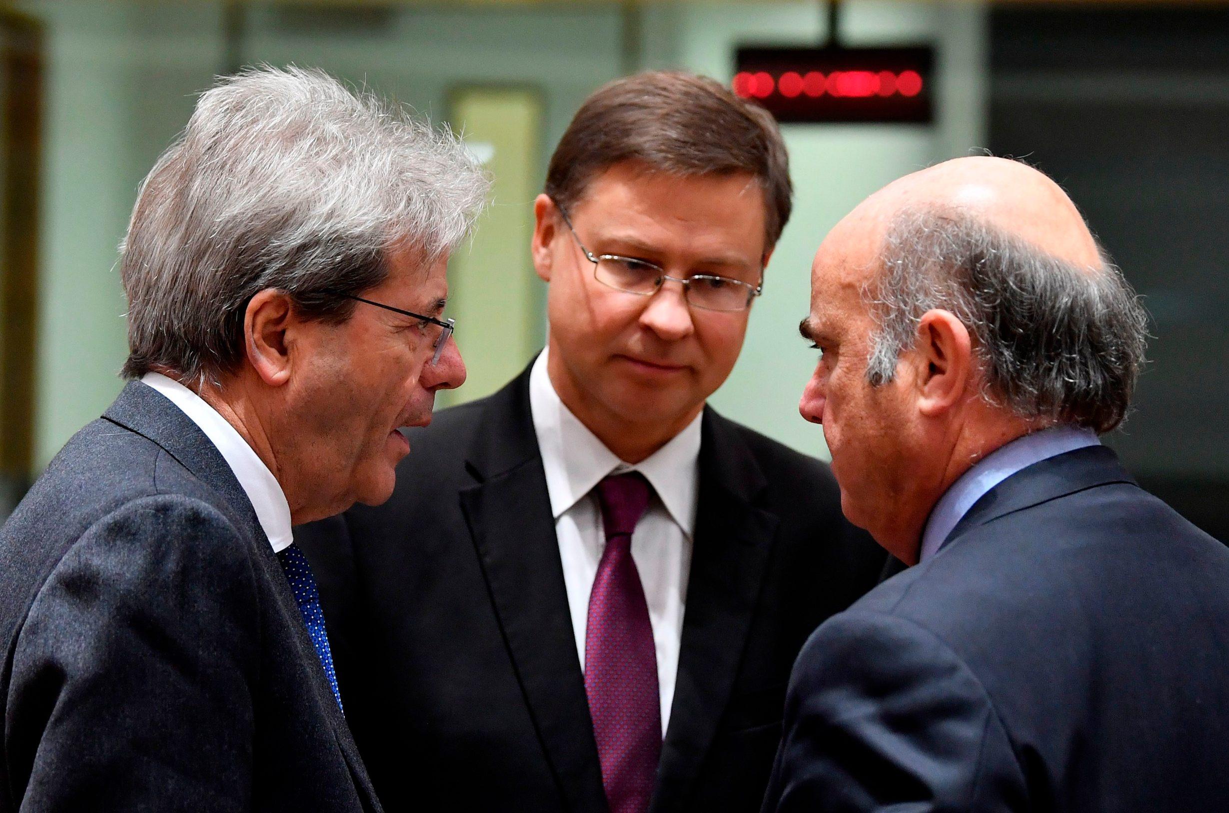 Valdis Dombrovskis, potpredsjednik EK zadužen za euro (u sredini) i europsi povjerenik za ekonomiju Paolo Gentiloni (lijevo)