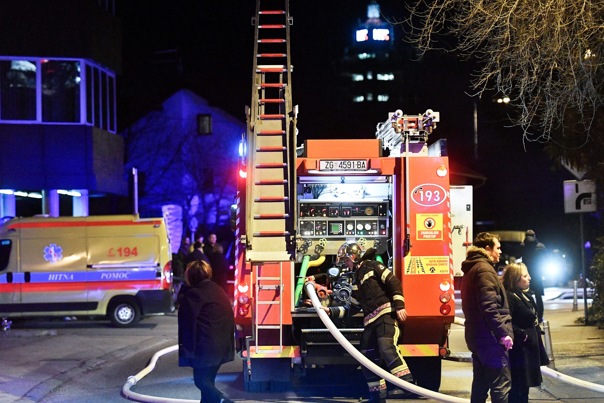 Vatrogasci gase požar na Vrbiku koji se dogodio, prema neslužbenim informacijama, u restoranu Pri zvoncu.
