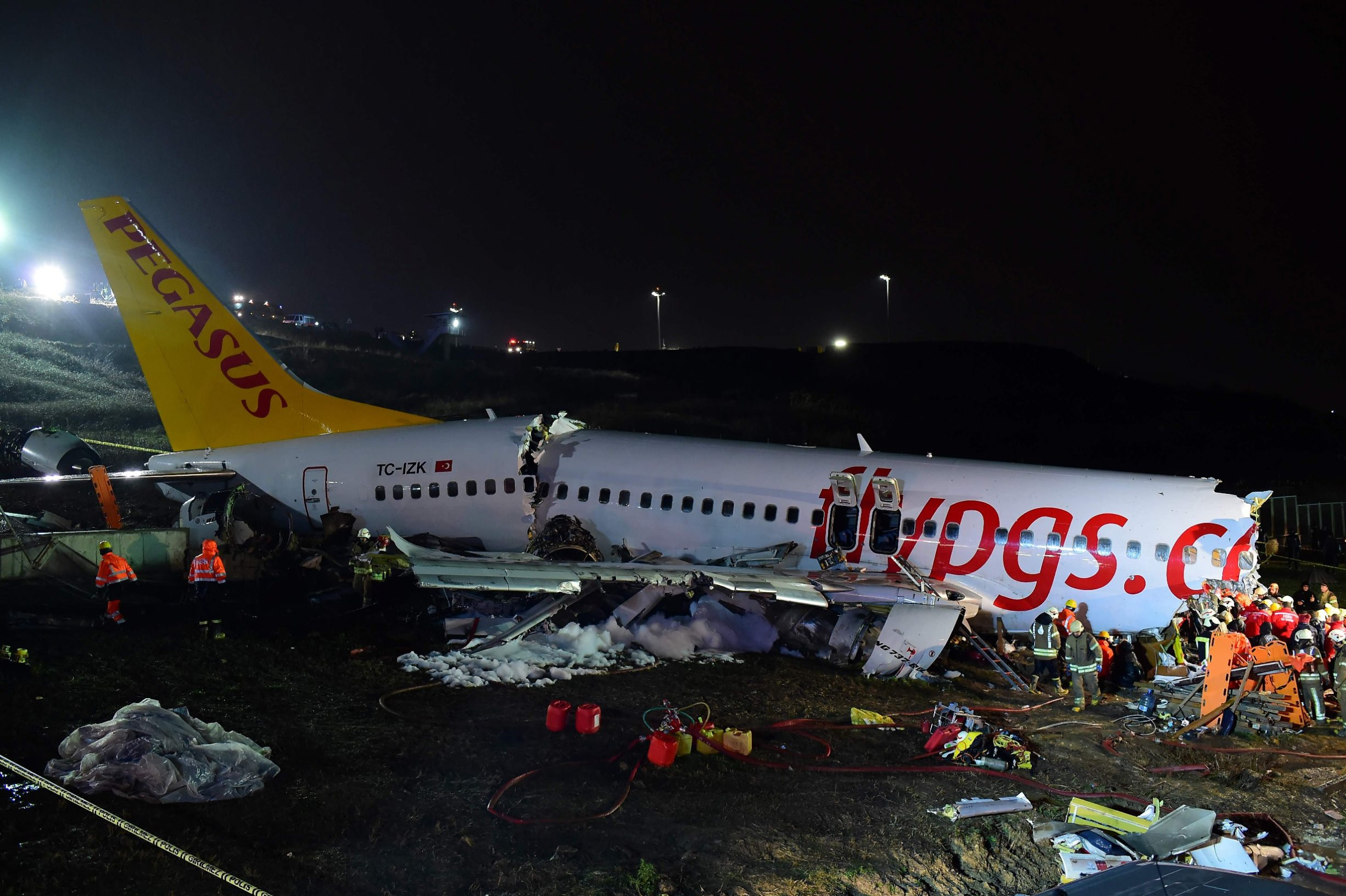 Rescuers work to extract passengers from the crash of a Pegasus Airlines Boeing 737 airplane, after it skidded off the runway upon landing at Sabiha Gokcen airport in Istanbul on February 5, 2020. - The plane carrying 171 passengers from the Aegean port city of Izmir split into three after landing in rough weather. Officials said no-one had lost their lives in the accident, but dozens of people were injured. (Photo by Yasin AKGUL / AFP)