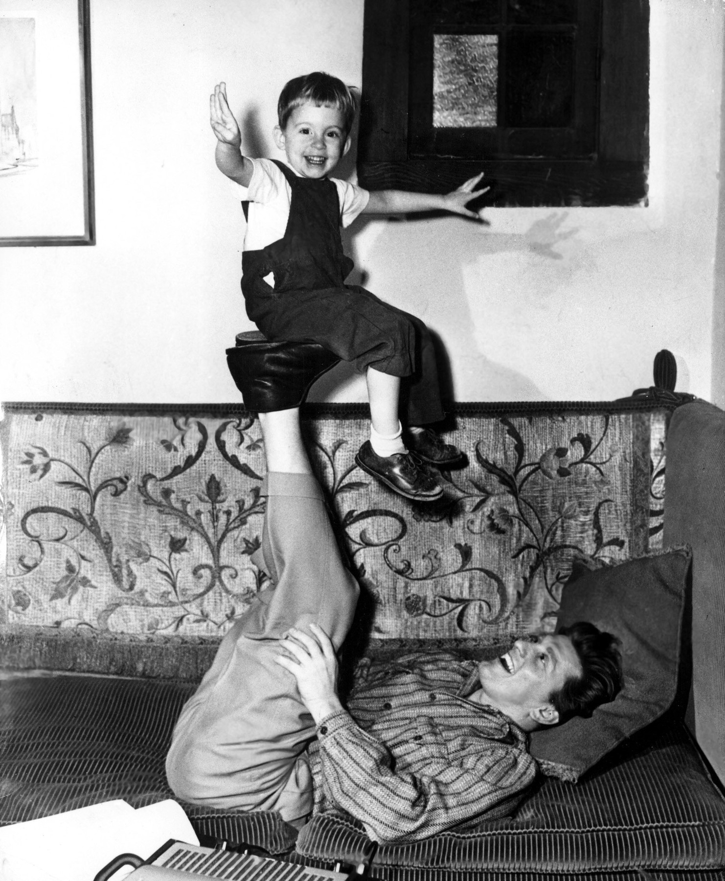 Kirk Douglas playing with son (Eric?), Image: 307590276, License: Rights-managed, Restrictions: Courtesy Everett Collection, Model Release: no, Credit line: Courtesy Everett Collection / Everett / Profimedia