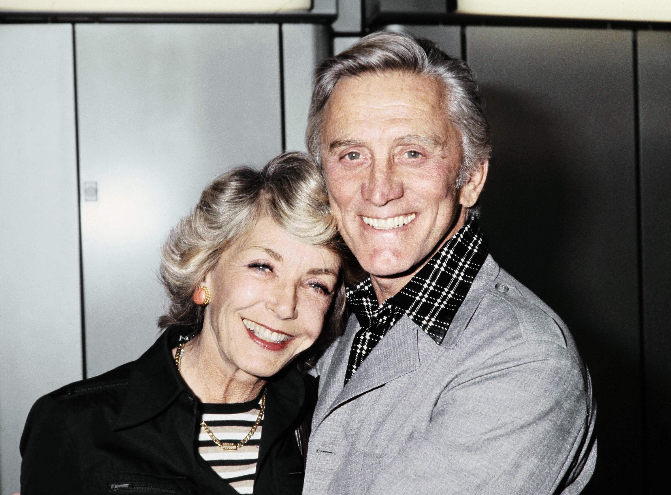 (FILES) In this file photo taken on September 1, 1978 US actor Kirk Douglas and his wife Anne pose at Roissy Charles-de-Gaulle airport near Paris. - US silver screen legend Kirk Douglas, the son of Jewish Russian immigrants who rose through the ranks to become one of Hollywood's biggest-ever stars, has died at 103, his family said on February 5, 2020. (Photo by - / AFP)