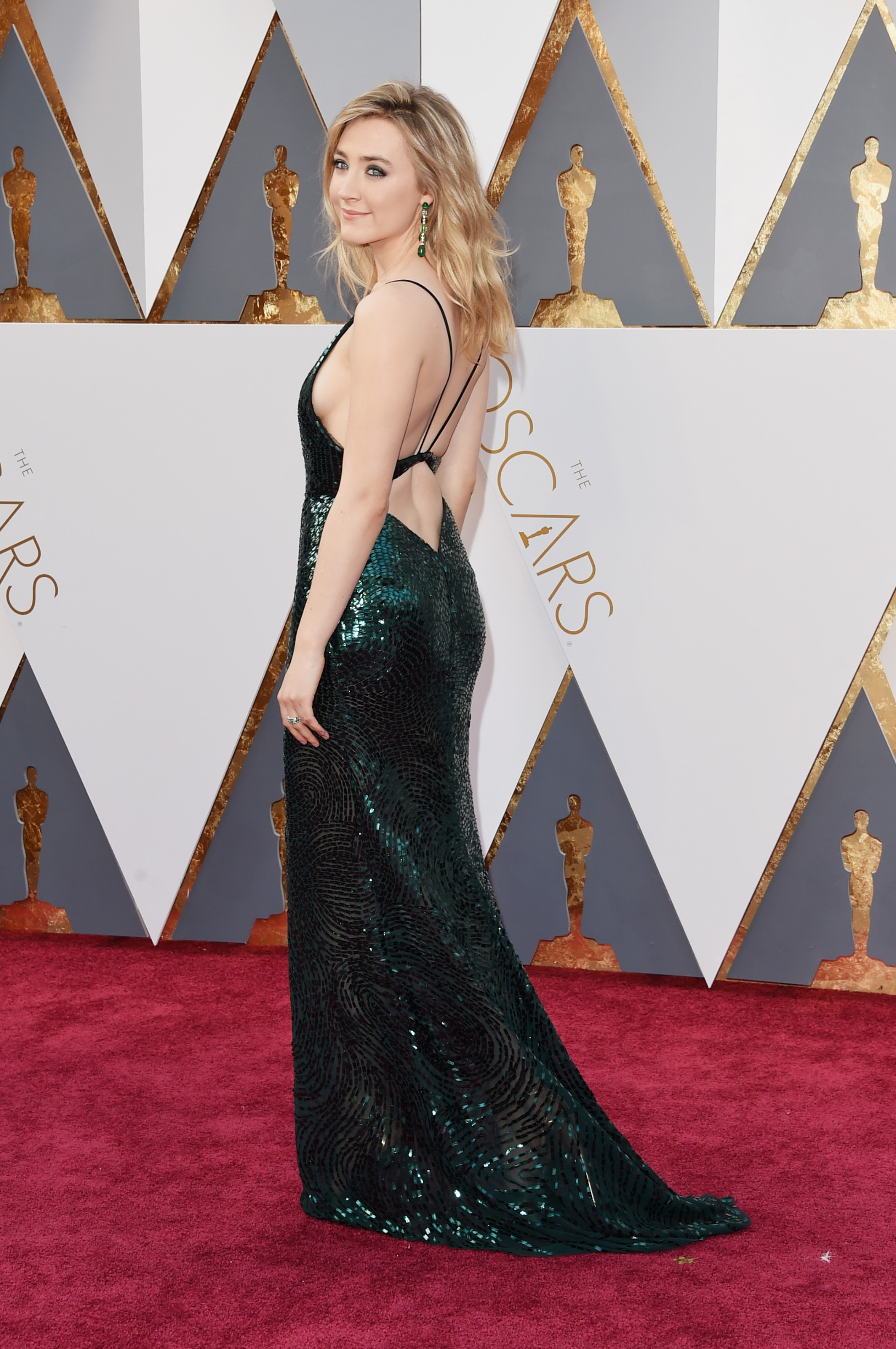 HOLLYWOOD, CA - FEBRUARY 28: Actress Saoirse Ronan attends the 88th Annual Academy Awards at Hollywood & Highland Center on February 28, 2016 in Hollywood, California.  (Photo by Jason Merritt/Getty Images)