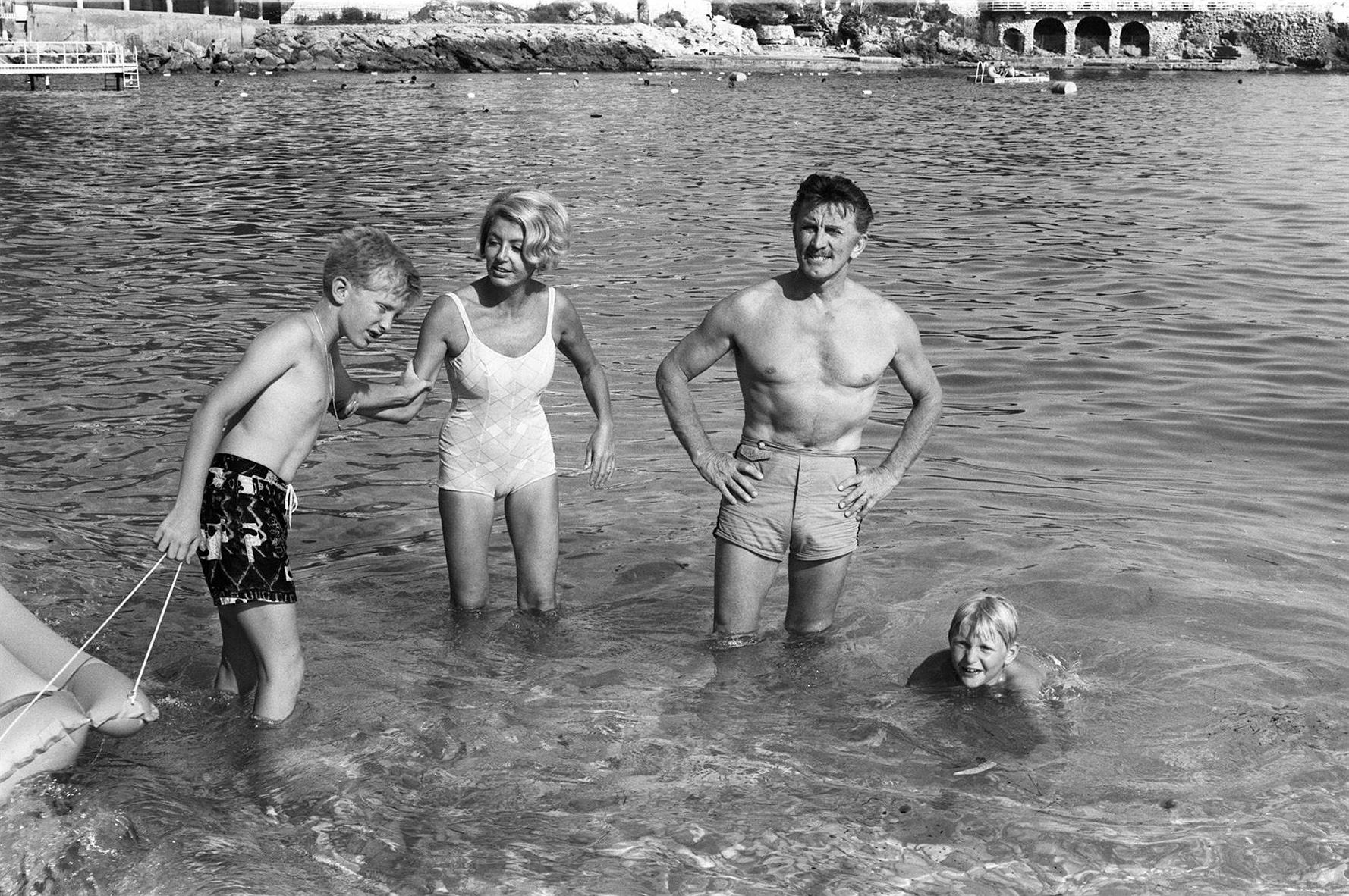 Kirk Douglas s prvom suprugom Dianom Dill te sinovima Michaelom i Ericom