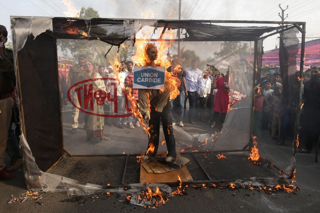 Demonstrators burn an effigy with logos of Dupont, DOW Chemicals and Union Carbide during the 34th anniversary of the Bhopal gas disaster in Bhopal on December 3, 2018.� - Thousands of people lost their lives on the night of December 2, 1984, when a cloud of highly toxic methyl isocyanate gas spewed from a Union Carbide factory in Bhopal and spread across the city. (Photo by Gagan Nayar / AFP)