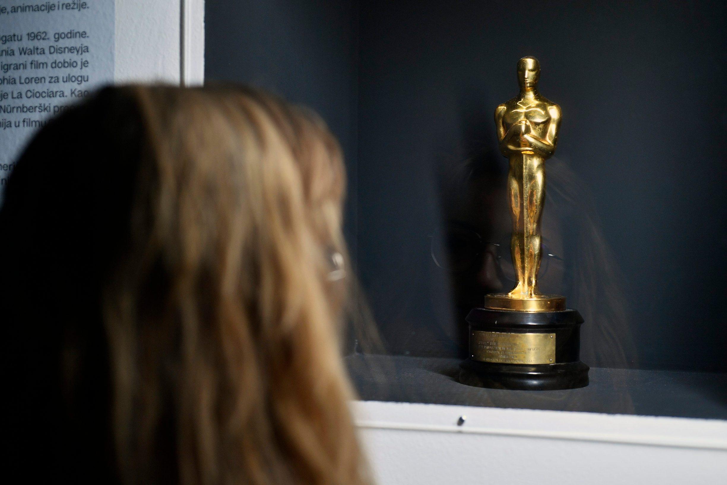 Kipić Oscar kojim je nagrađen Surogat, izložen u MSU