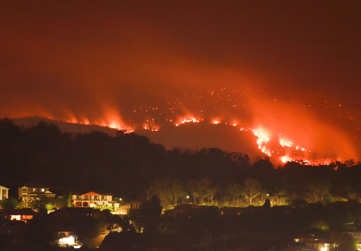 Vatra nadomak Canberre početkom veljače