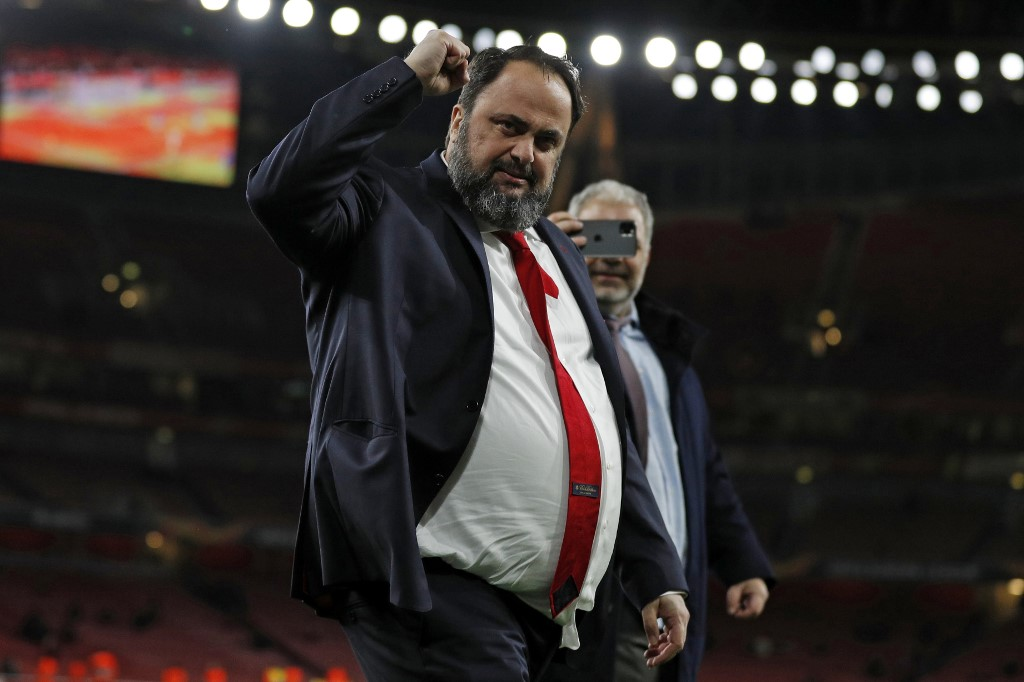 Olympiakos' president Evangelos Marinakis (C) celebrates on the pitch after the UEFA Europa league round of 32 second leg football match between Arsenal and Olympiakos at the Emirates stadium in London on February 27, 2020. - The game finished 2-2 on aggregate after extra time, Olympiakos winning the tie on away goals. (Photo by Adrian DENNIS / AFP)