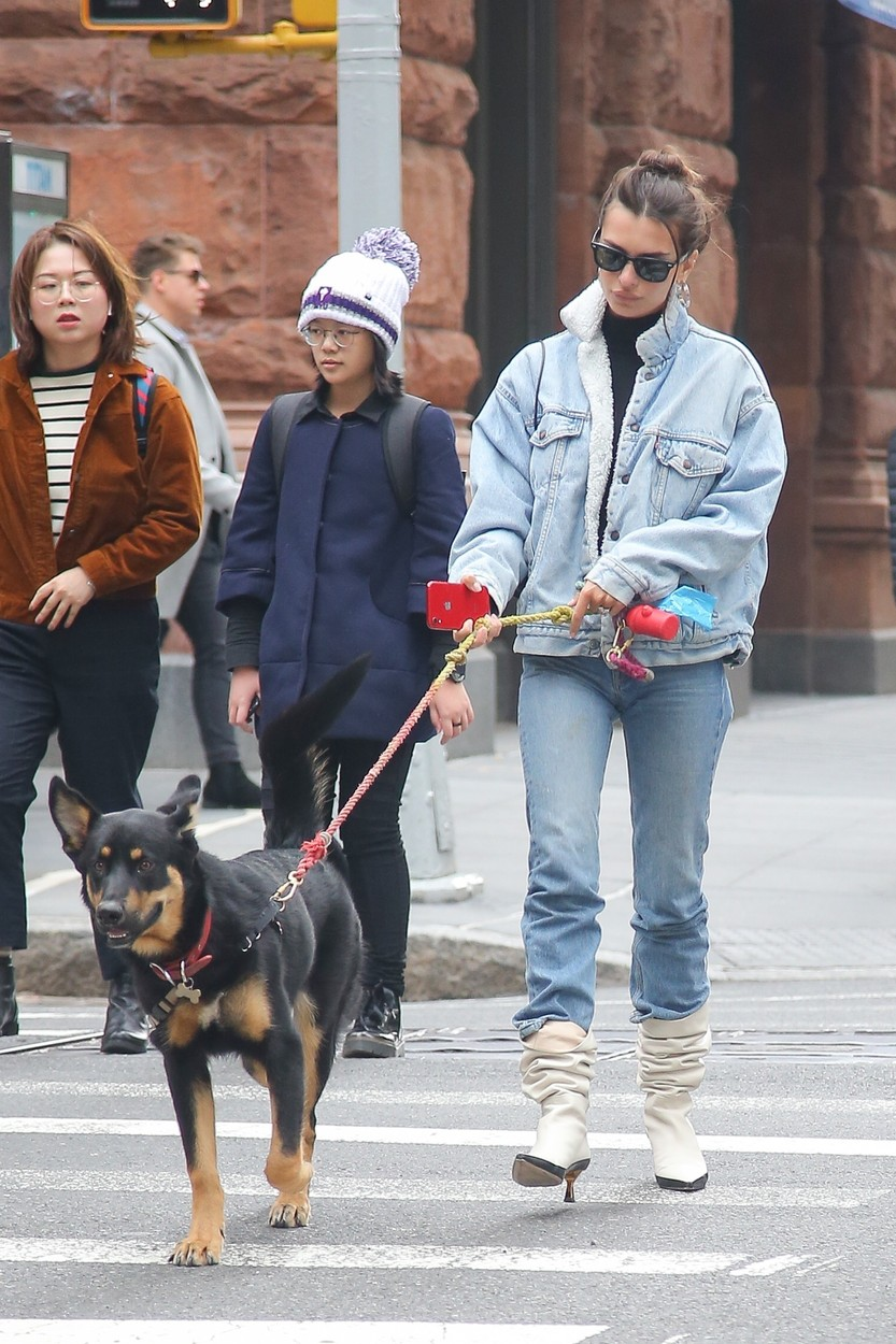 New York, NY  - Emily Ratajkowski seen taking a stroll with her dog  BACKGRID USA 17 OCTOBER 2019, Image: 477446947, License: Rights-managed, Restrictions: , Model Release: no, Credit line: Ulices Ramales / BACKGRID / Backgrid USA / Profimedia