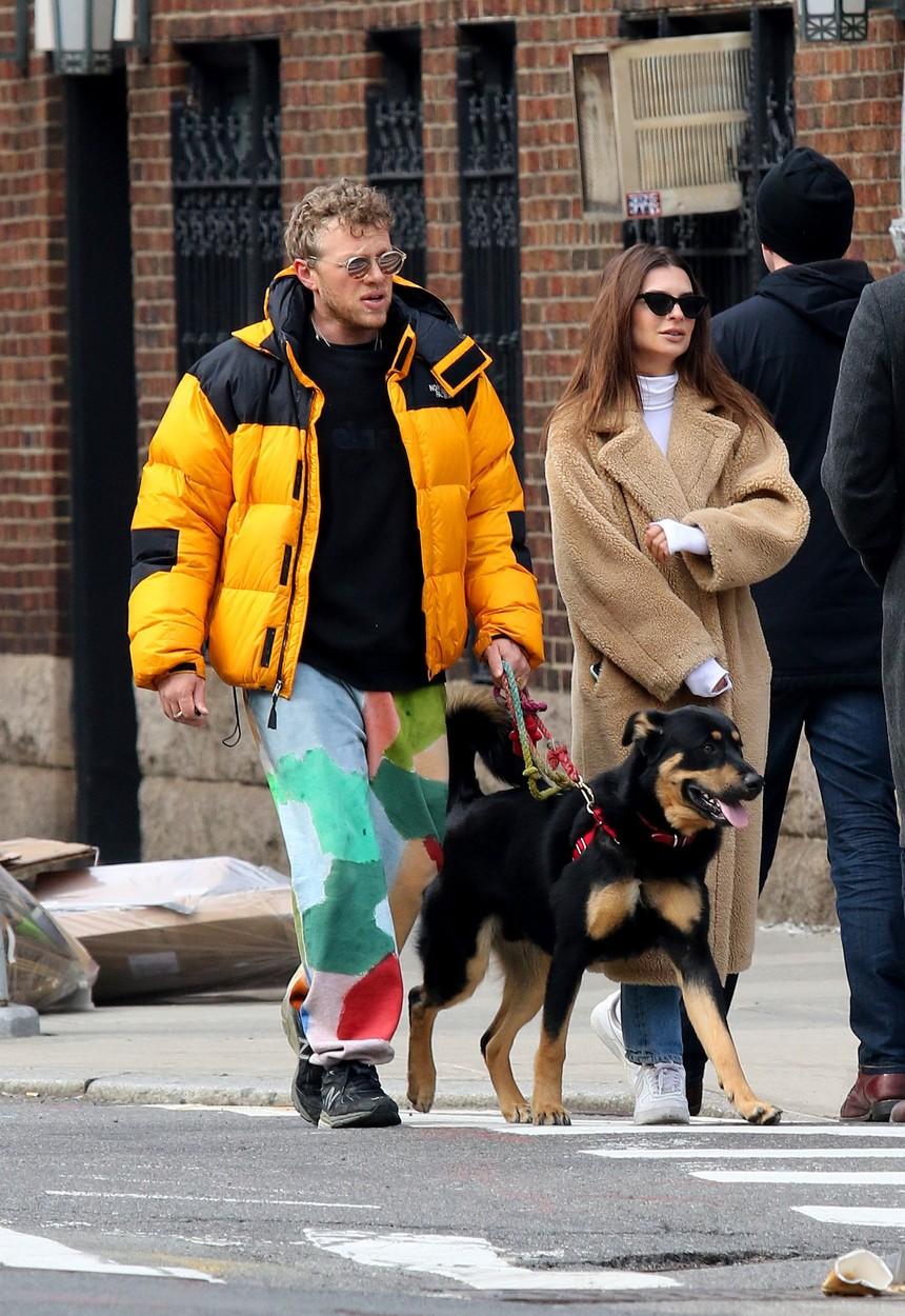 Emily Ratajkowski sa suprugom Sebastianom Bearom-McClardom i njihovim psićem u šetnji