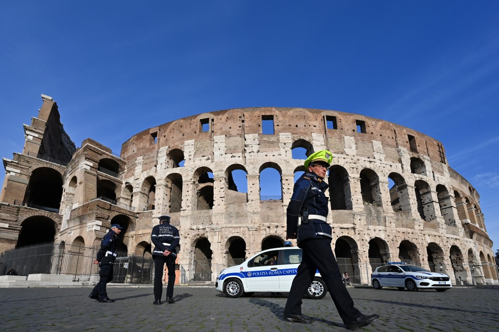 Municipal Police patrols around the closed Colosseum monument in Rome on March 10, 2020 as Italy imposed unprecedented national restrictions on its 60 million people on March 10 to control the deadly coronavirus. (Photo by Alberto PIZZOLI / AFP)