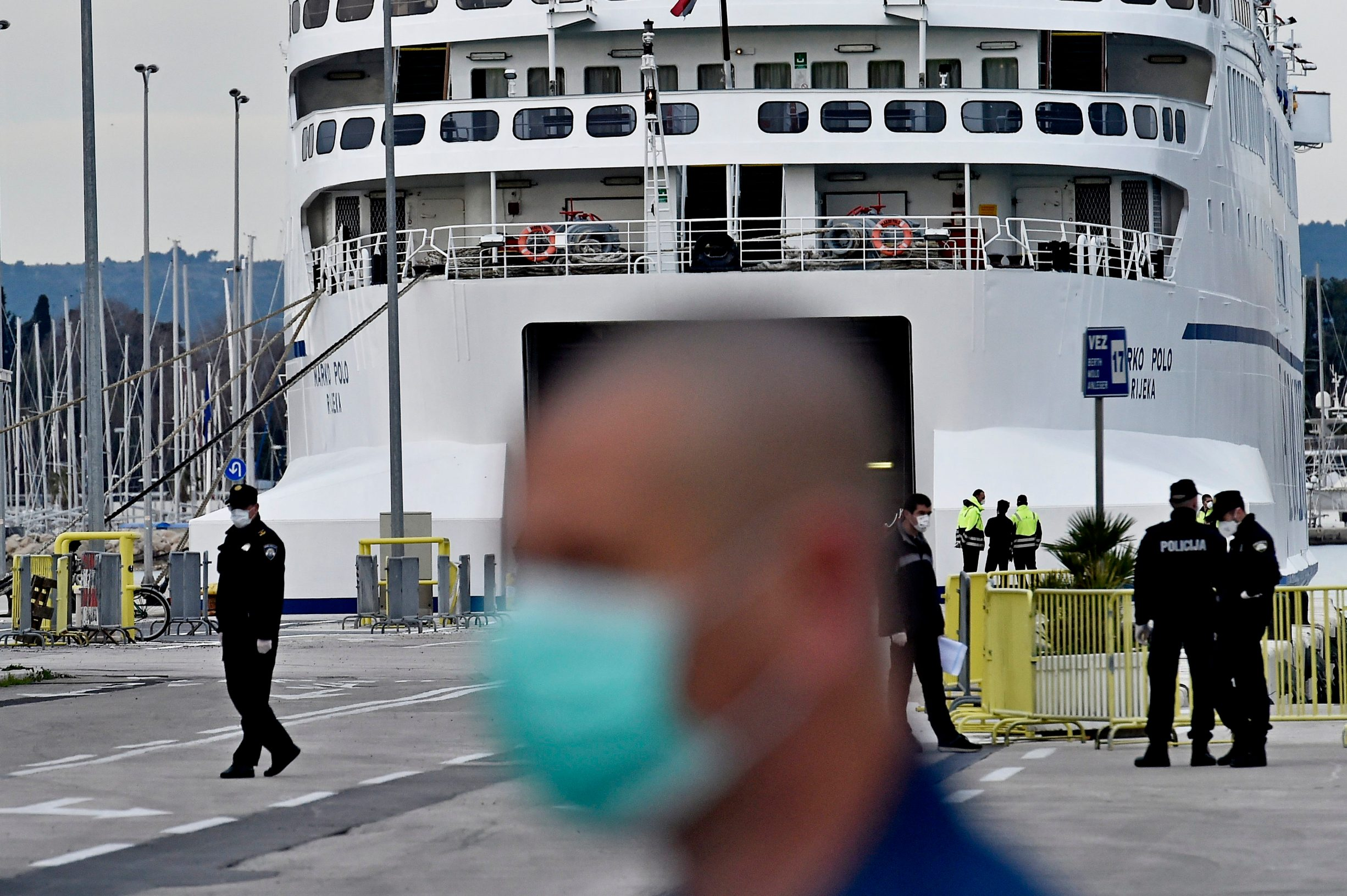 Split, 110320. Putnicki brod Jadrolinije Marko Polo jutros je stigao iz Ancone. Zbog koronavirusa svi putnici su usmjereni u izolaciju. Na fotografiji: policija s maskama osigurava granicni prijelaz u luci. Foto: Nikola Vilic / CROPIX
