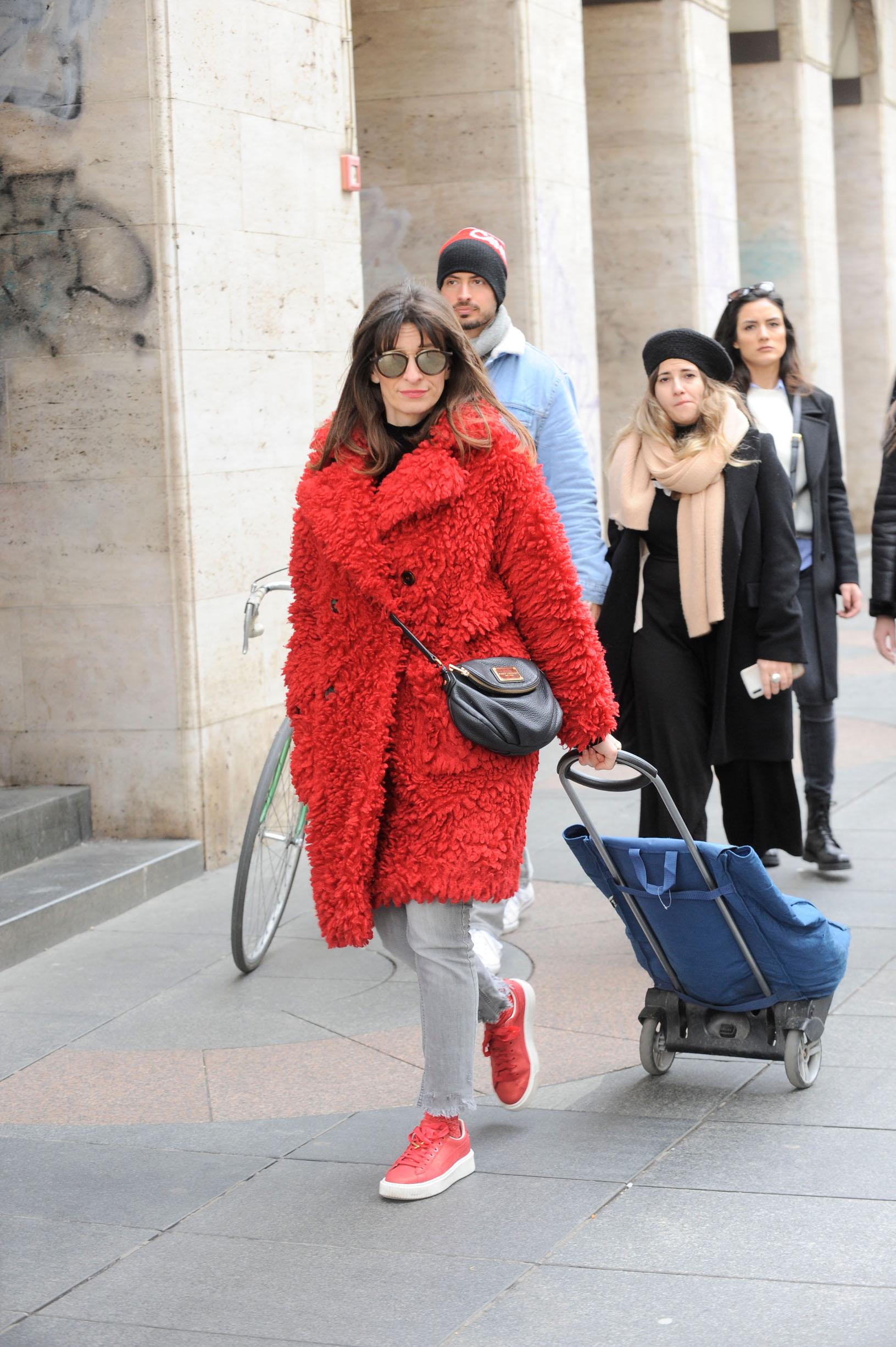 Ilina Cenov, supruga galzbenika Sandija Cenova, crveni čupavi kaput uskladila je s tenisicama.