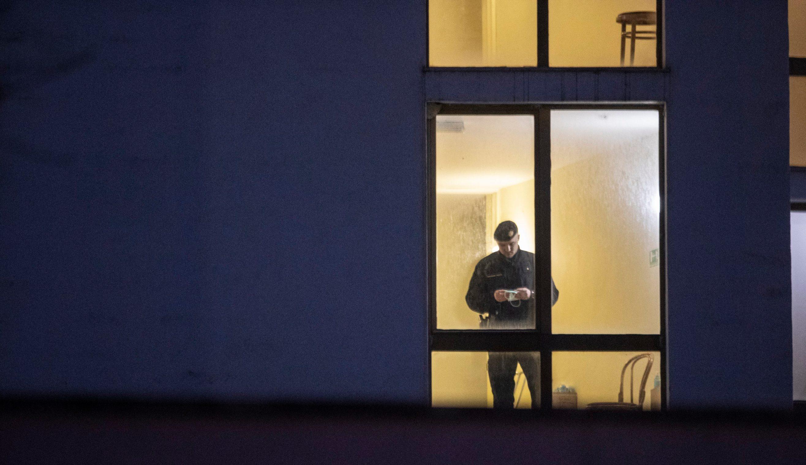 Split, 11032020 Dovodjenje potencijalno zarazenih koronavirusom u karentenu blok C hotela Zagreb. Foto: Bozidar Vukicevic / CROPIX