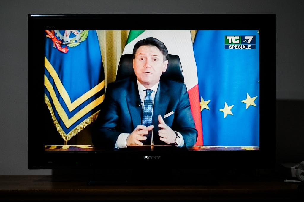 Talijanski premijer Giuseppe Conte na televiziji najavljuje naciji novu vladinu uredbu o proširenju ograničenja za borbu protiv novog coronavirusa (COVID-19), nakon što je Svjetska zdravstvena organizacija (WHO) proglasila koronavirus pandemijom