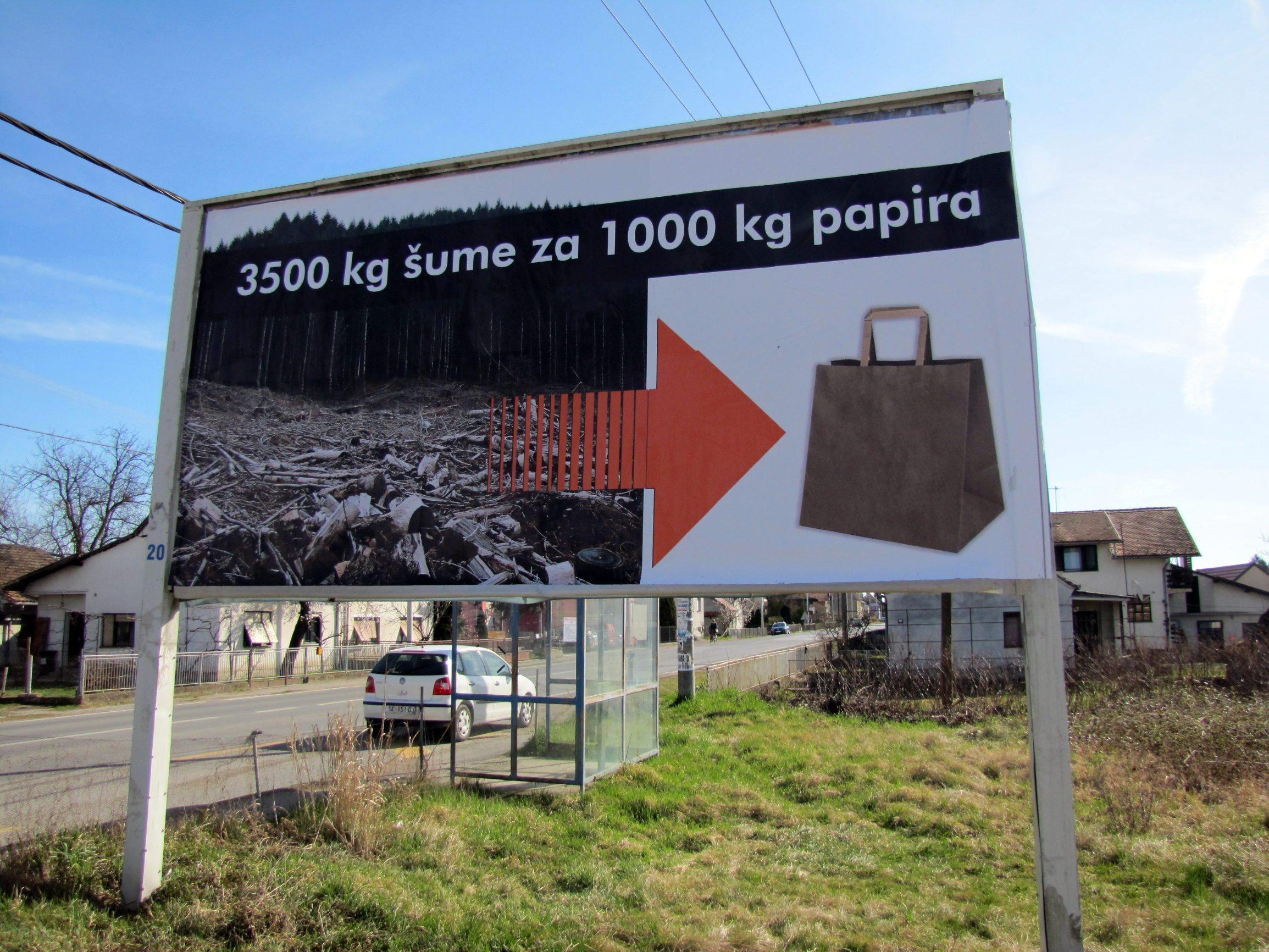 Sisak , 120320. Tvrtka Optiplast iz sisacke Odre jedan je od najvecih hrvatskih proizvodjaca polietilenskih vrecica. Potaknuti kampanjom za ukidanje vrecica vlasnik tvrtke Danijel Drcic,  pokrenuo je kampanju pojasnjavanja kako proizvodnja papirnatih ili platnenih vrecica puno vise zagadjuje okolis od proizvodnje i upotrebe polietilenskih vrecica Na fotografiji: Dio jumboplakata koje ce Optiplast postaviti diljem Hrvatske Foto: Mate Piskor / CROPIX