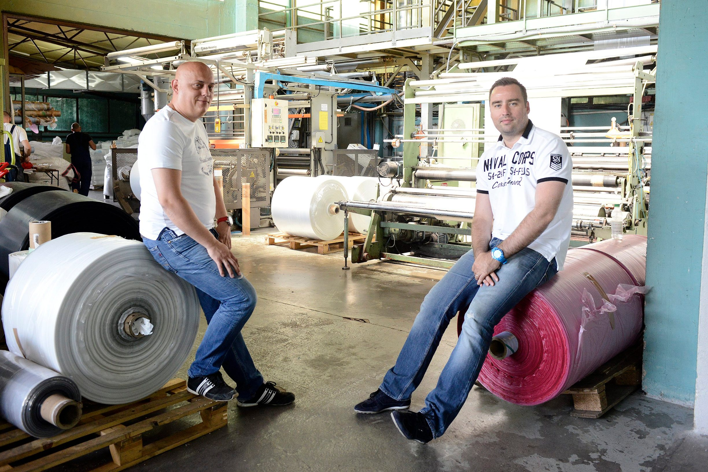 Sisak, 040714. Odra Sisacka. Reportaza o firmi Optiplast koja proizvodi vrecice. Na fotografiji: Domagoj i Danijel Drcic. Foto: Goran Mehkek / CROPIX