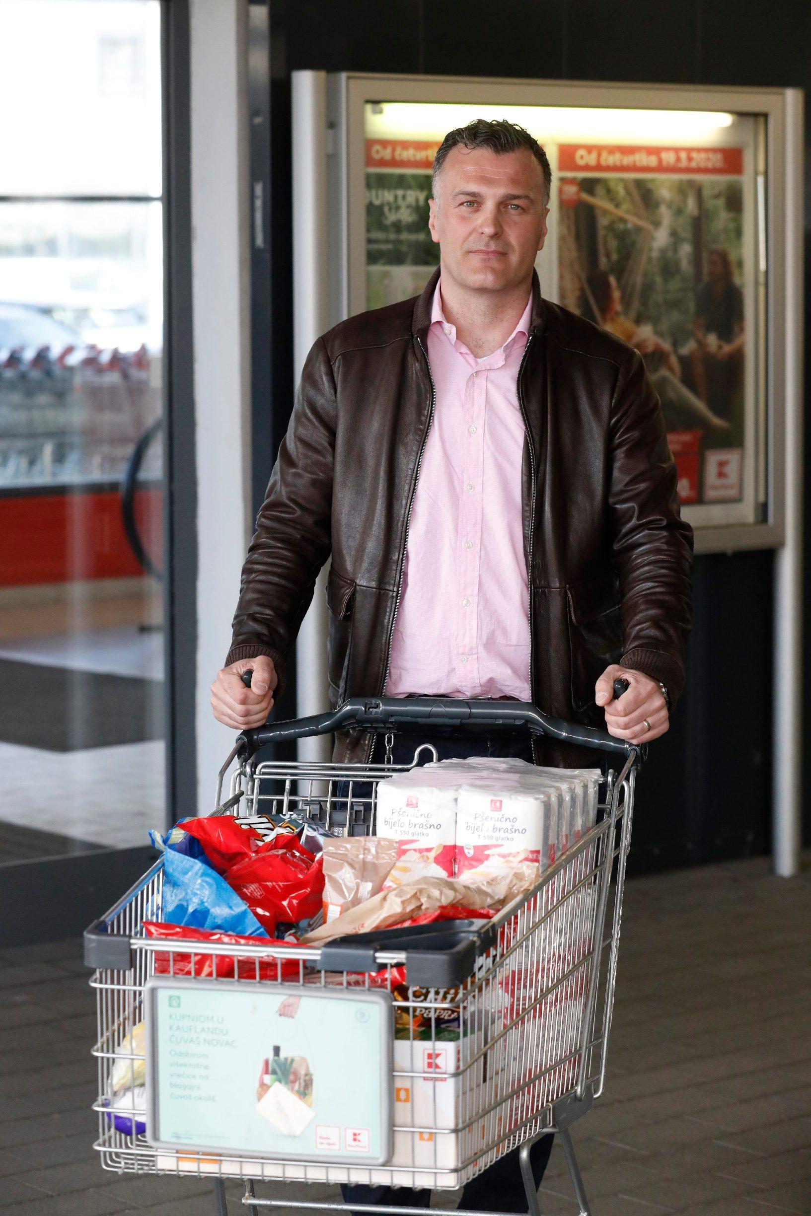 Zagreb, 120320. Kaufland, Zagrebacka cesta. Gradjani kupuju namirnice u Kauflandu. Na fotografiji: Jakov Vinovcic - ekonomist. Foto: CROPIX