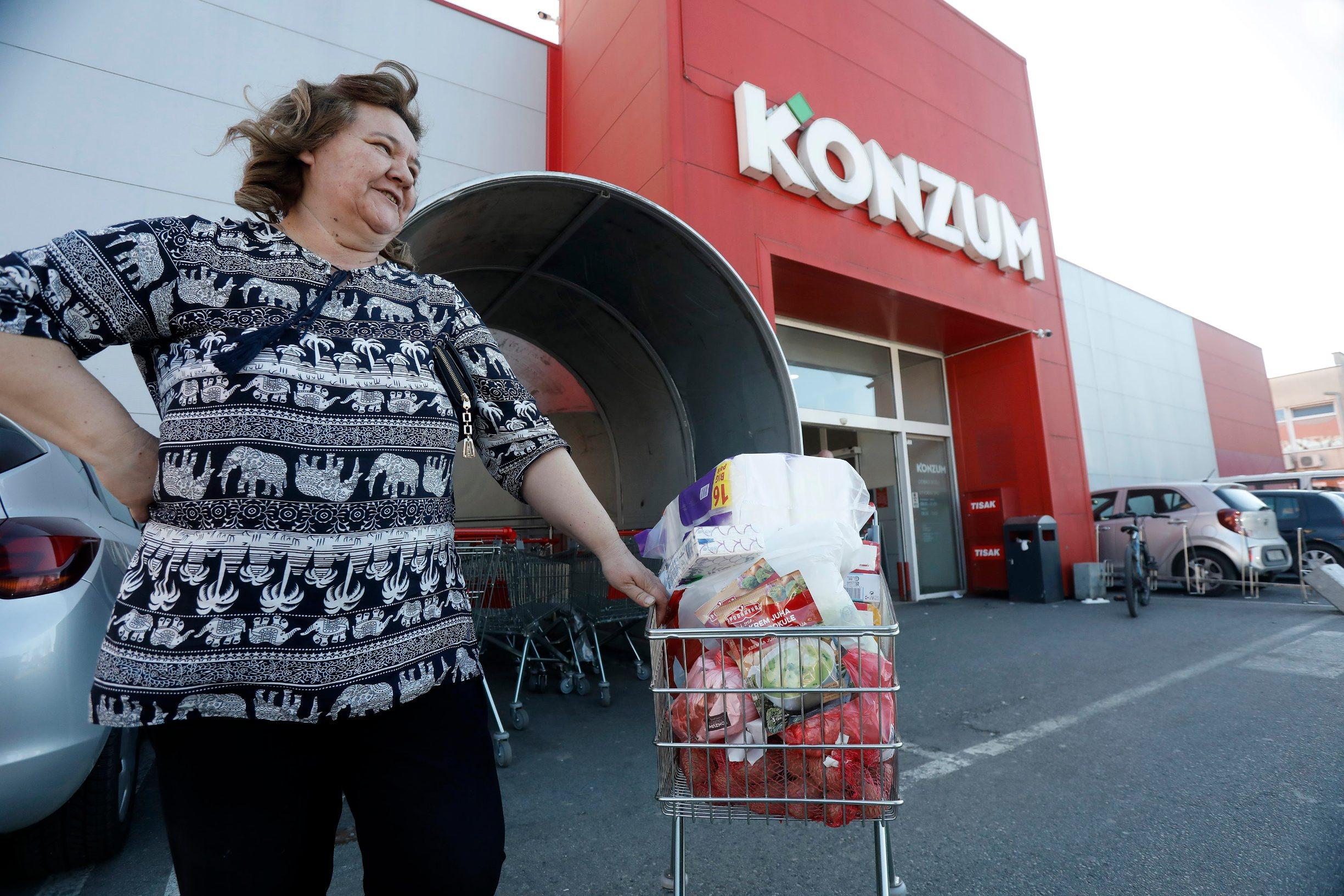 Zagreb, 120320. Konzum, Zagorska. Gradjani kupuju namirnice u Konzumu. Na fotografiji: Zeljka Martic. Foto: CROPIX