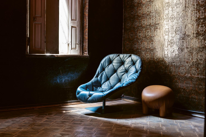 PATRICIA URQUIOLA: Tapecirana kožnata fotelja.