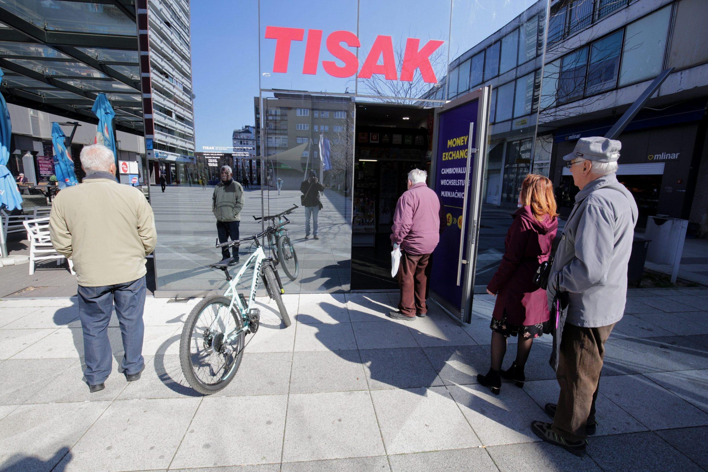 Osijek, 160320 Zbog povecane opasnosti od zaraze korona virusom neke trgovine kupce pustaju pojedninacno u svoje objekte.  Na fotografiji: kupci ispred trgovine Tisak.  Foto: Vlado Kos / CROPIX