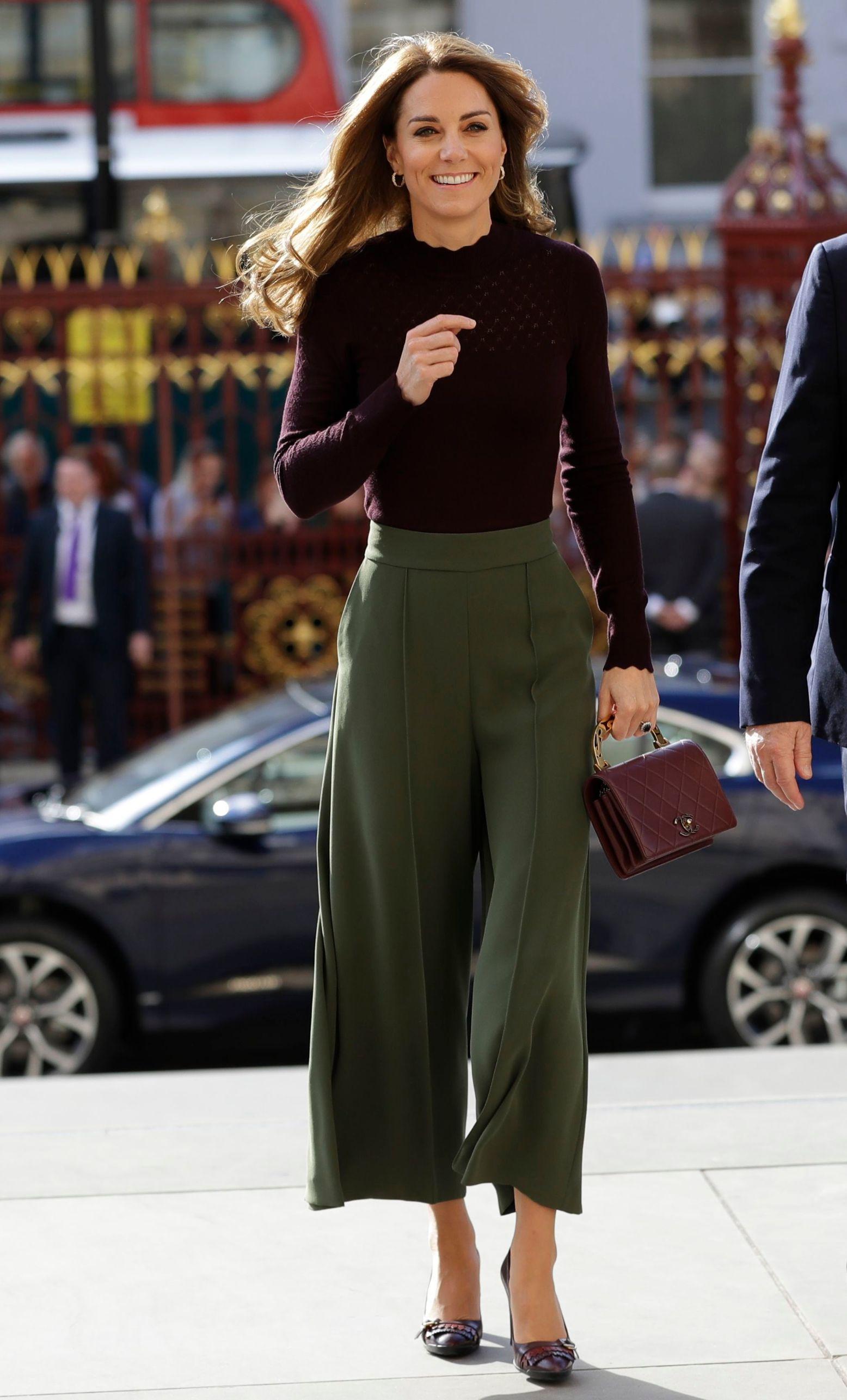 Hlače culotte kroja, dolčevita, oxfordice na petu i torbica s ručkom dobitna su kombinacija,