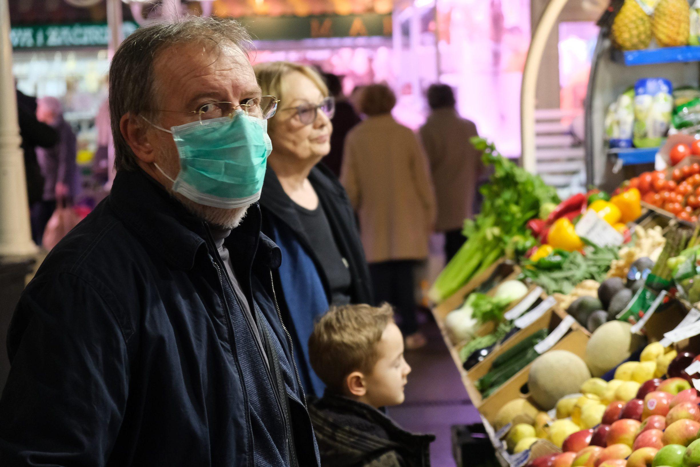 Tržnica Dolac u subotu 14.ožujka. Ljudi pojačano nabavljaju namirnice zbog straha od koronavirusa.