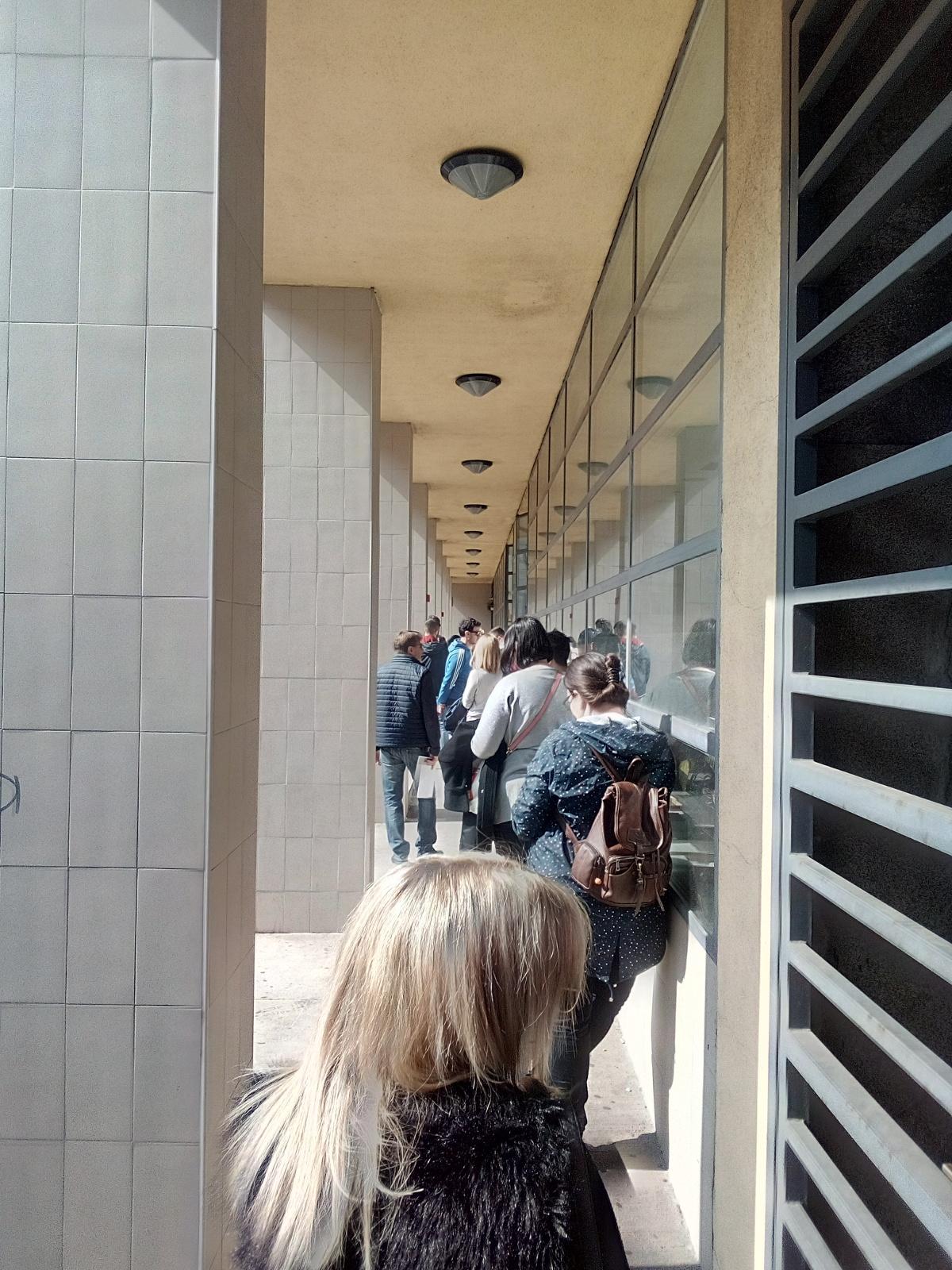Otpušteni konobari čekaju u redu ispred HZZ-a
