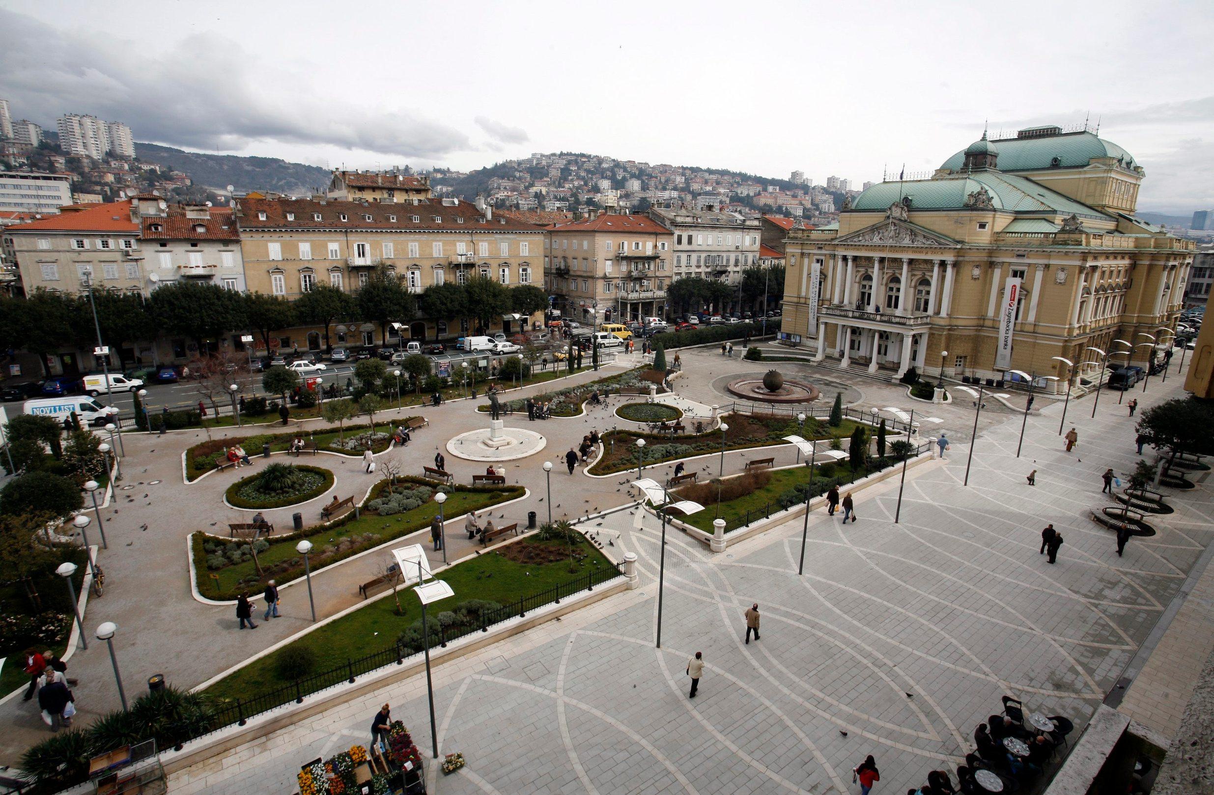 Pogled na zgradu HNK Ivan plemeniti Zajc i kazališni park snimljen u ožujku 2010. godine