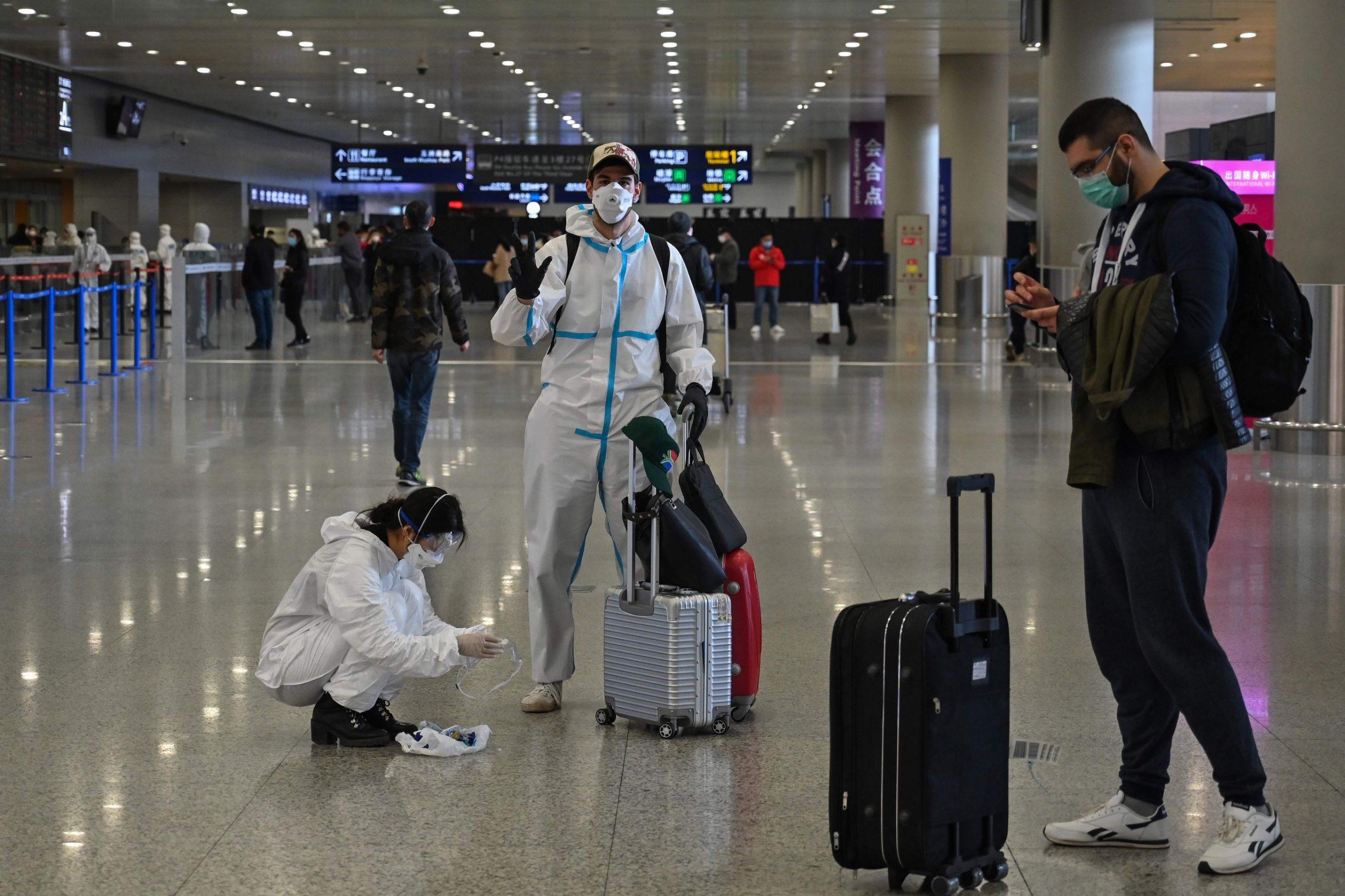 Putnici na aerodromu u Šangaju i dalje nose zaštitne maske kako bi i sebe i svoje suputnike pokušalo zaštititi od novog koronavirusa